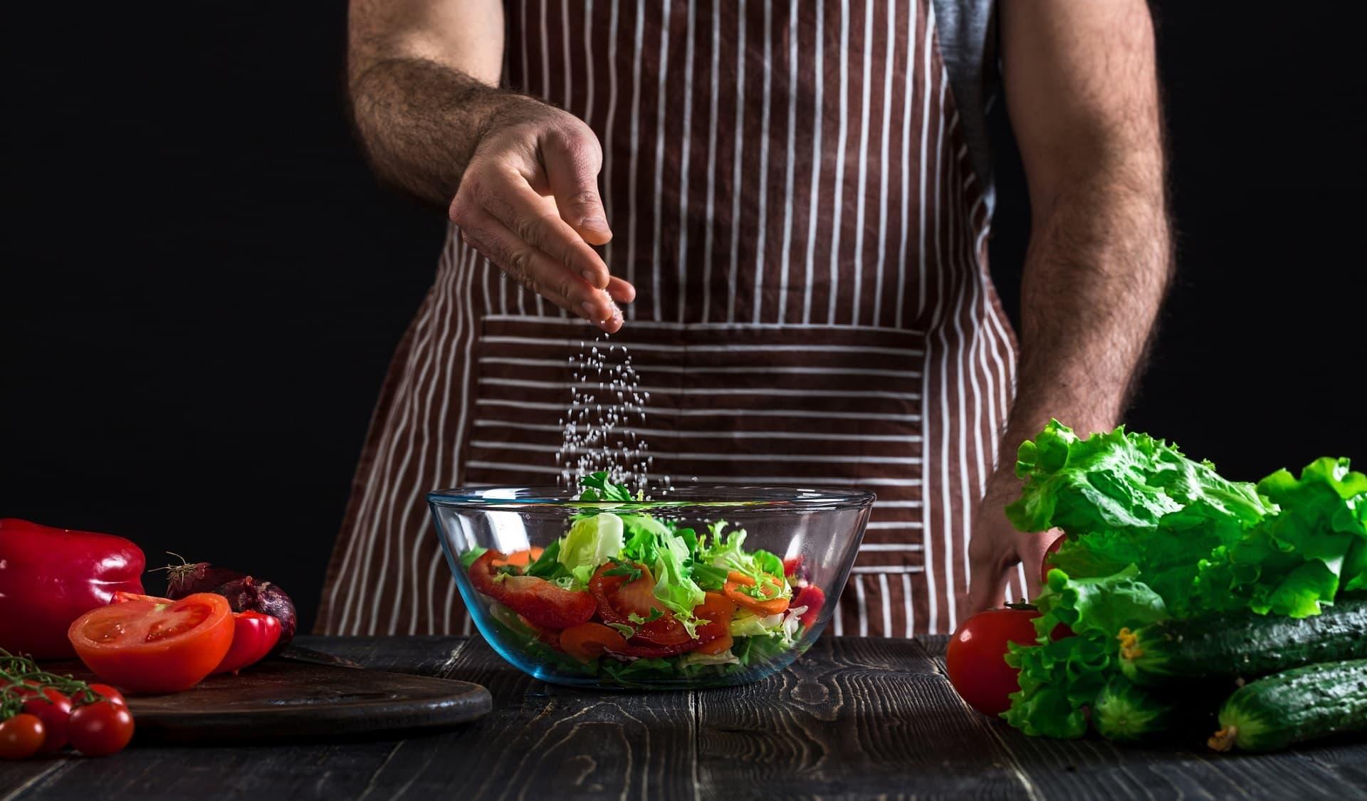 Kräutersalz auf Salat