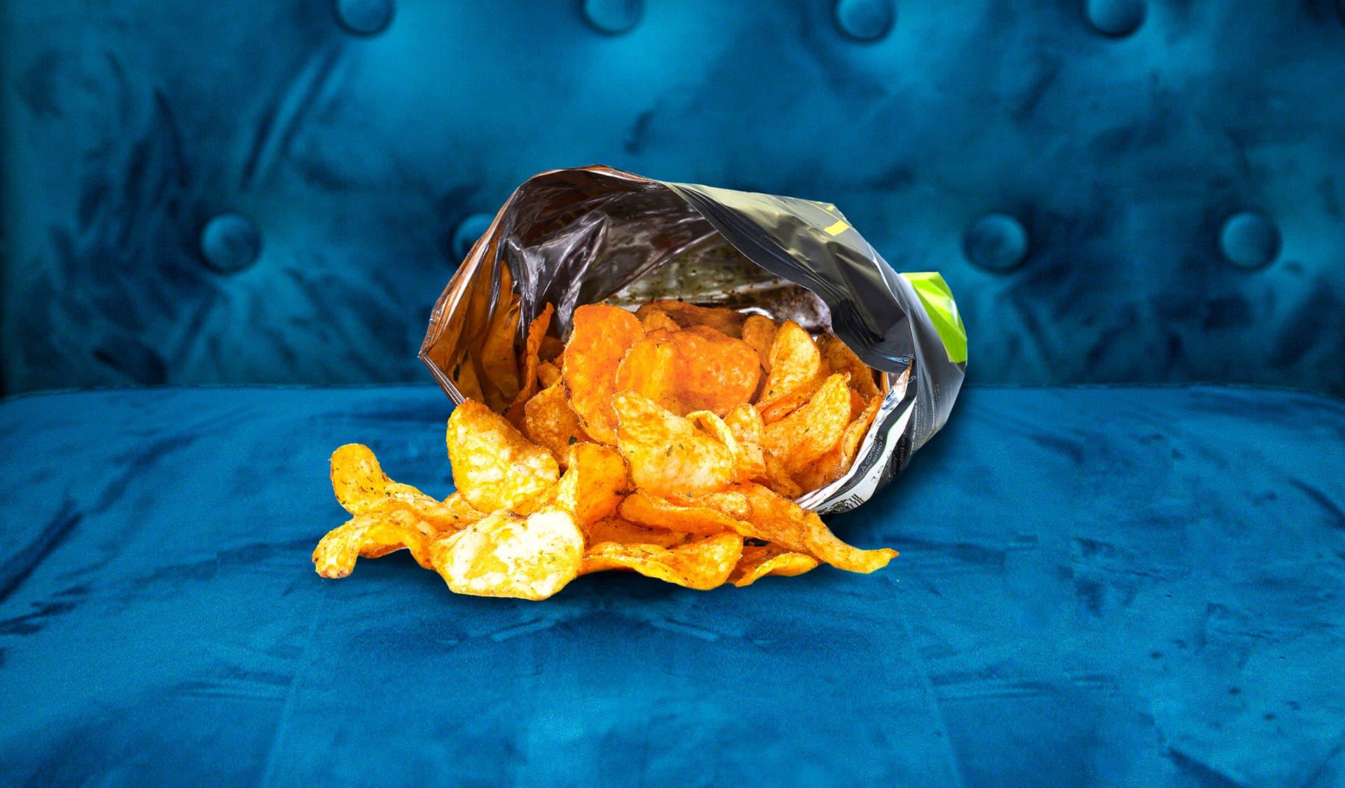 Chips auf blauem Sofa