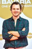Schauspieler Felix Klare mit verschränkten Armen, freundlich lächelnd