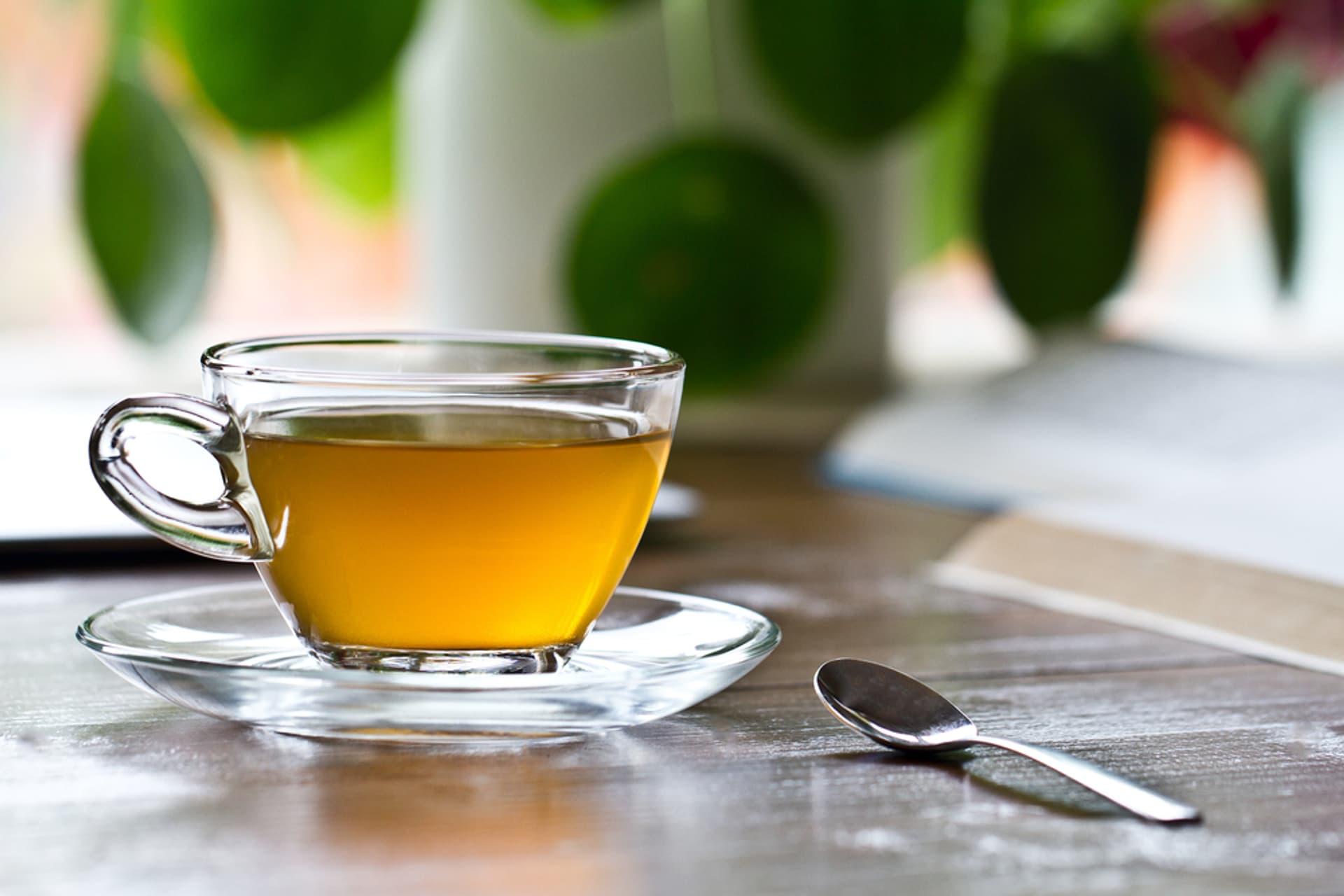 Tee gruen Tasse Glas c shutterstock CLICKMANIS 702961291