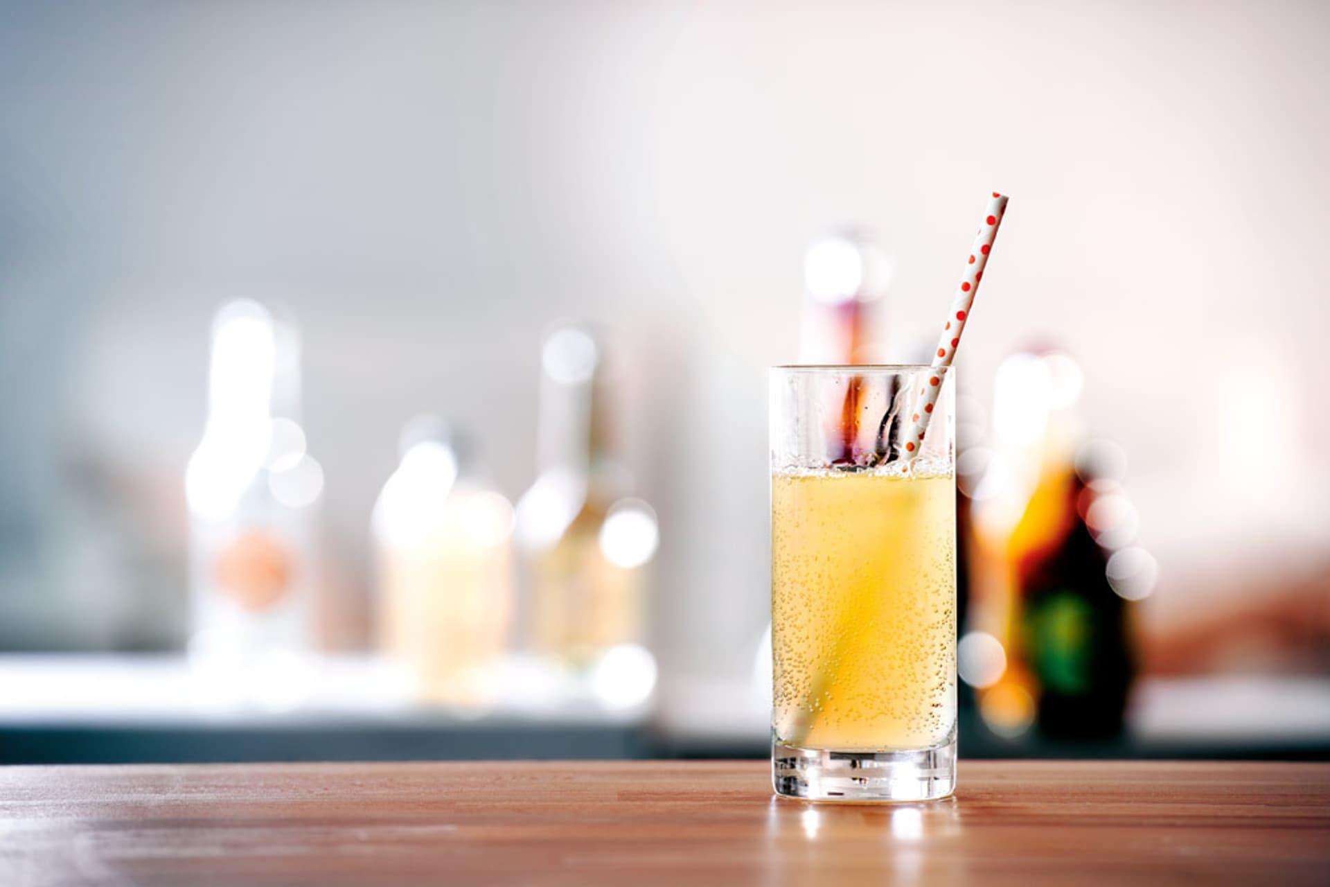Ein Glas mit gelber Limonade
