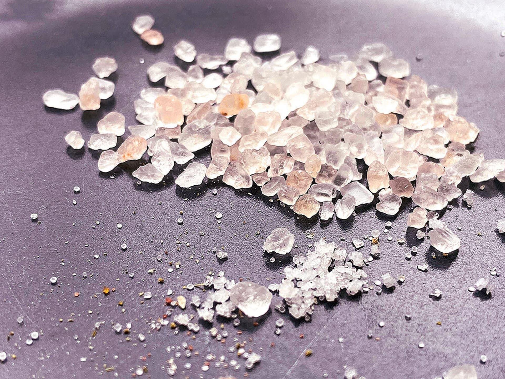 Eine Prise Himalaya-Salz auf einem Tisch