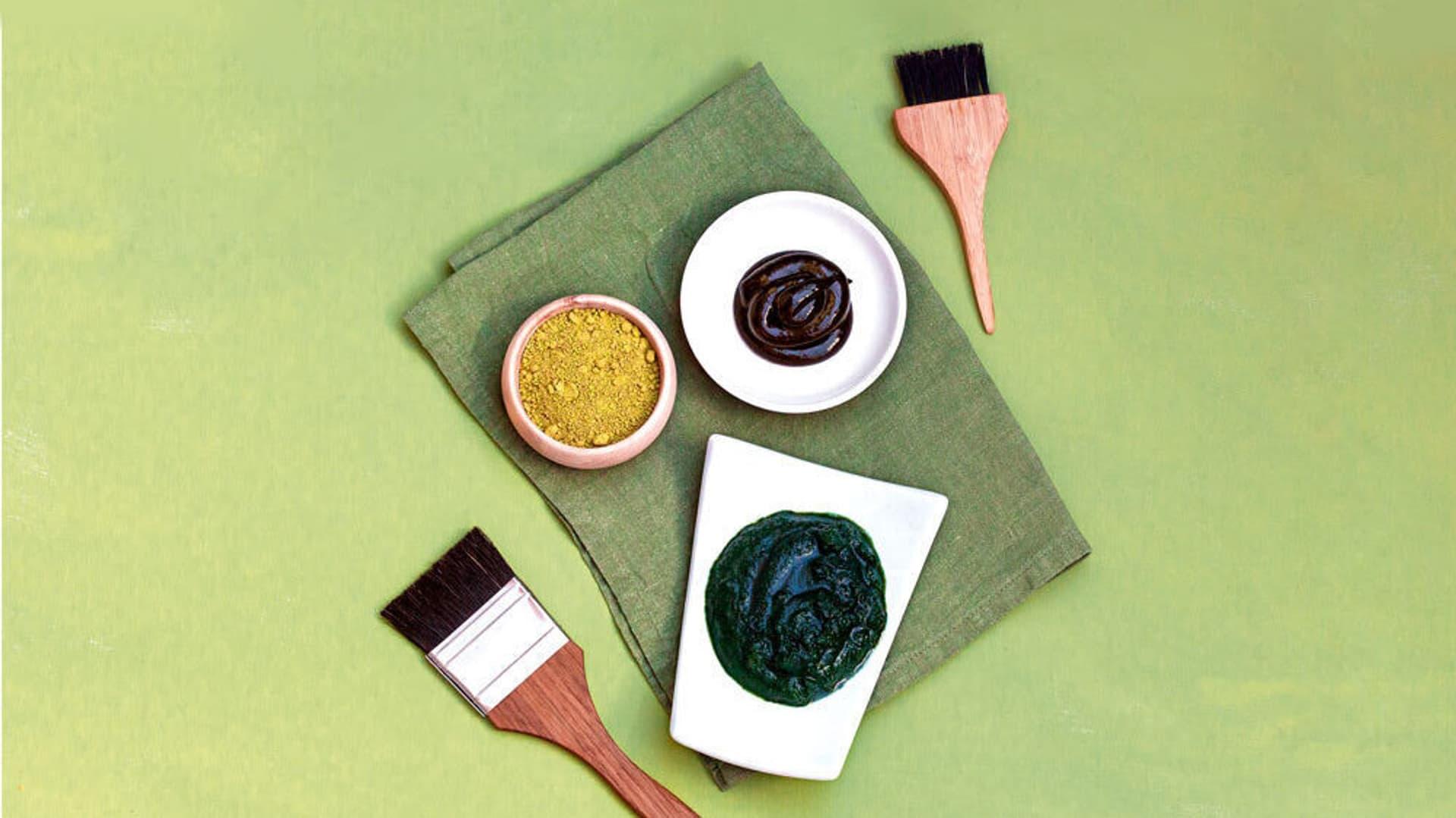 Haarfärbermitteln auf hellgrünem Untergrund