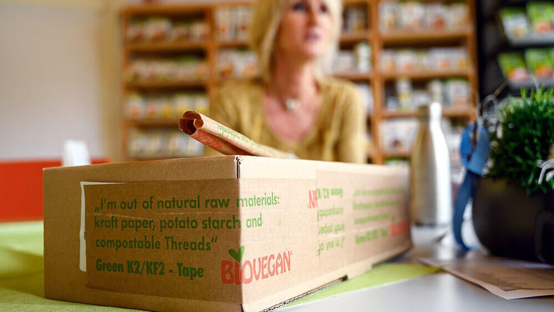 Ein Pappkarton mit der Aufschrift Biovegan