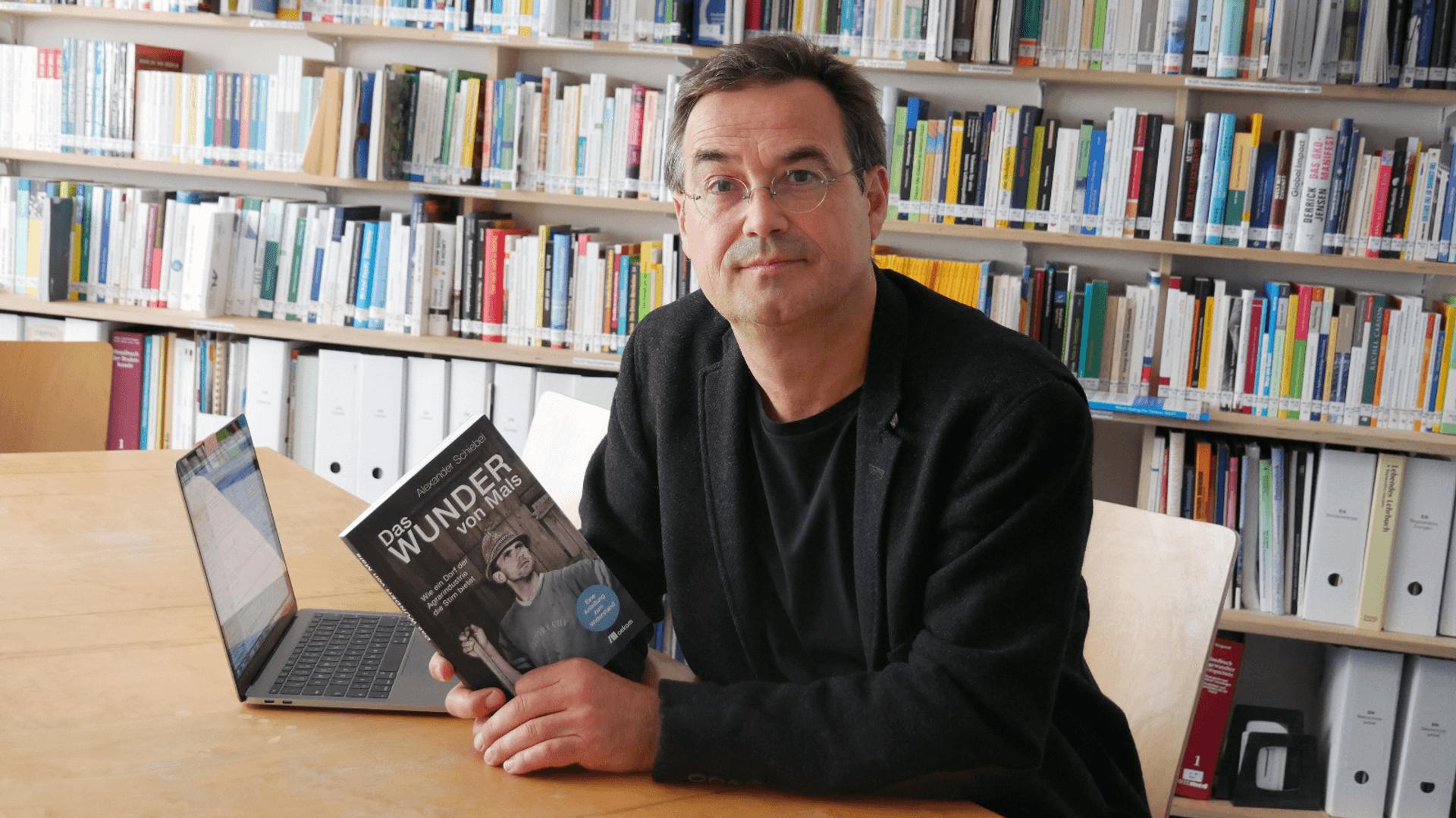 Jacob Radloff mit dem Buch