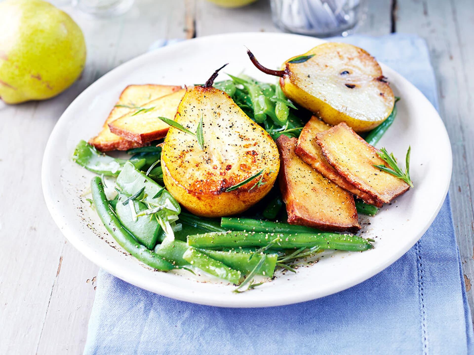 Birnen und Tofu auf grünen Bohnen