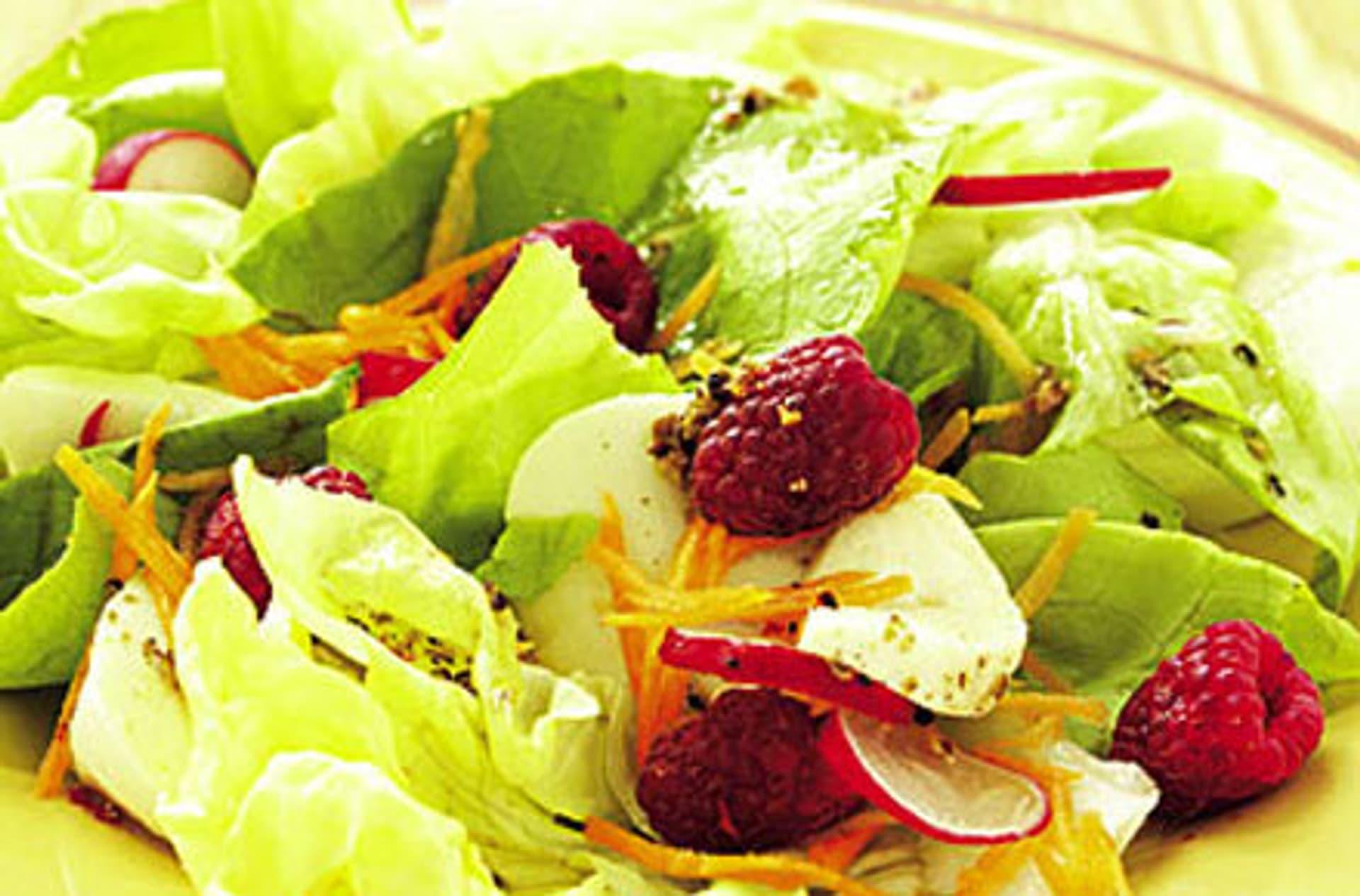 Blattsalat mit himbeeren