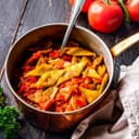 Topf mit breiten Bohnen in Tomatensoße