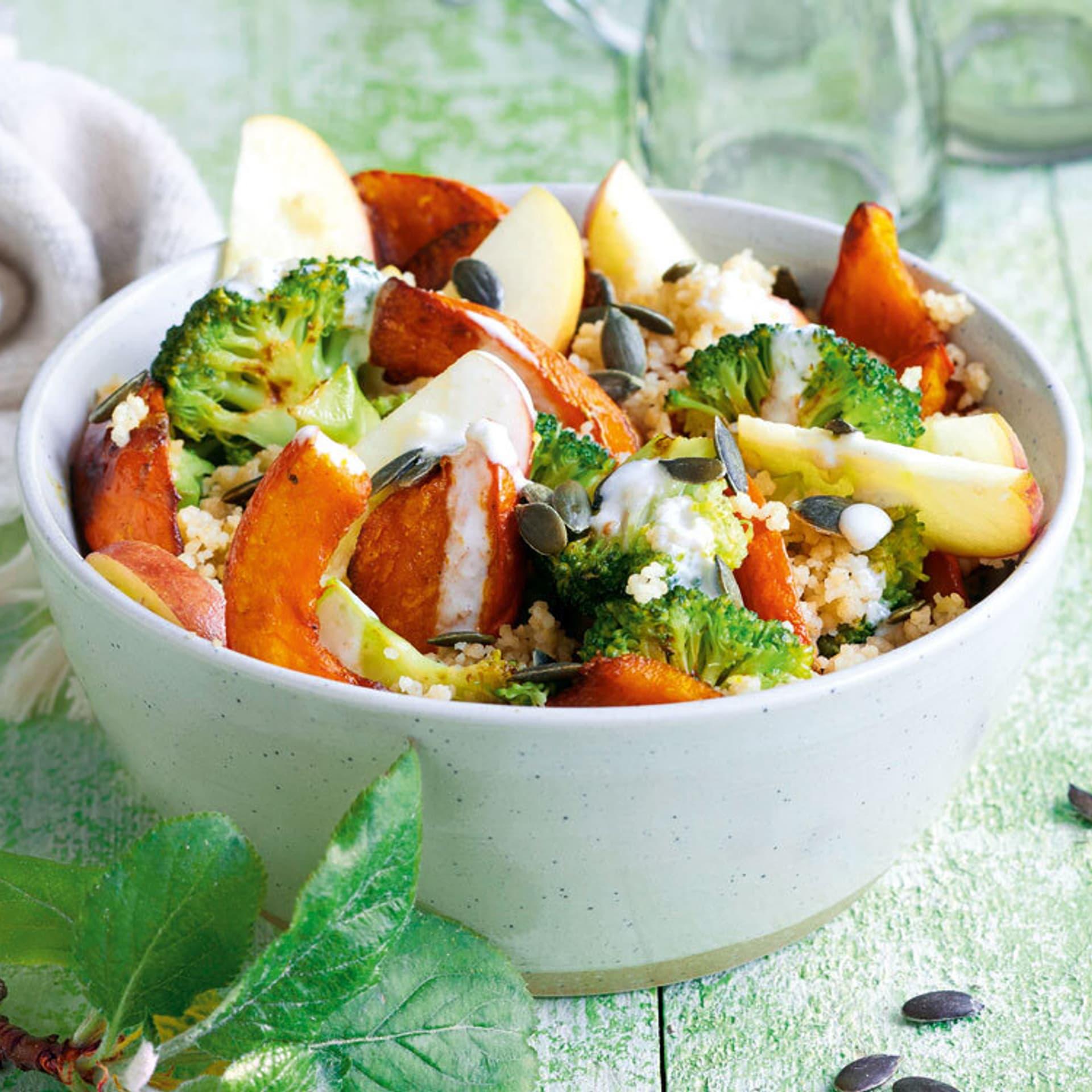 Brokkoli apfel salat an kürbisscheiben