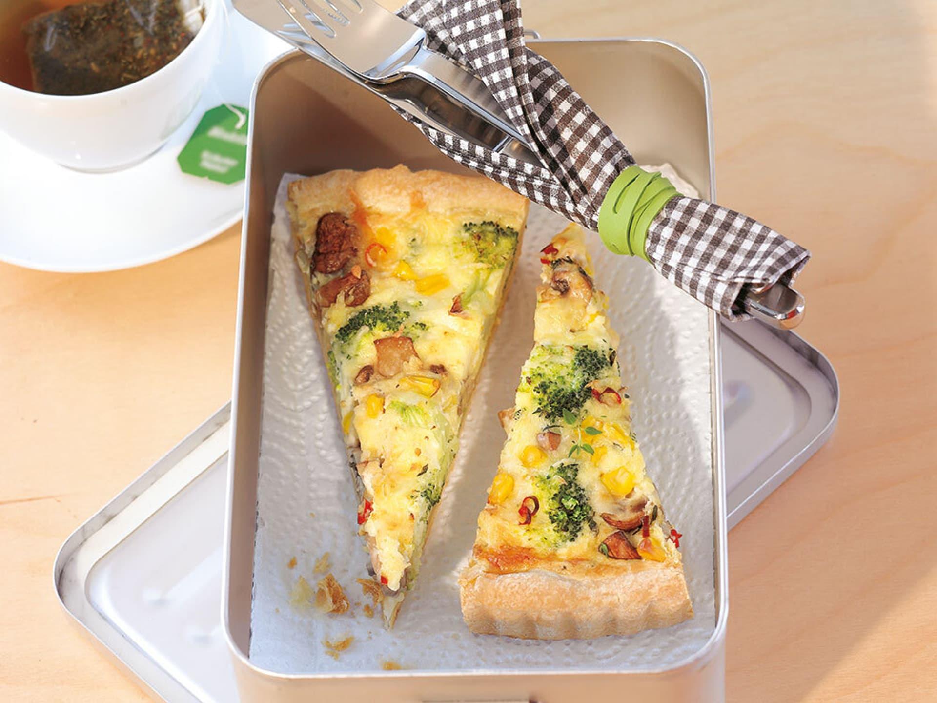 2 Stücke Brokkoli-Quiche in einer Box
