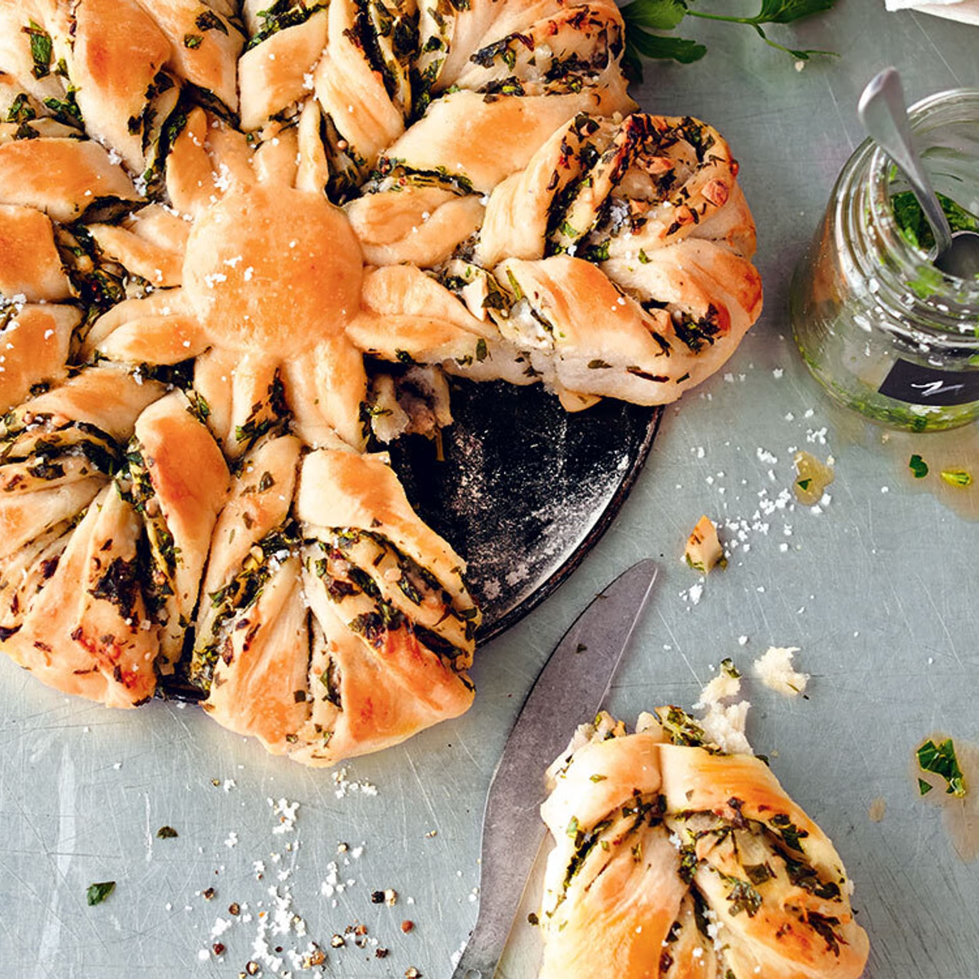 Brotblume mit grünem Pesto