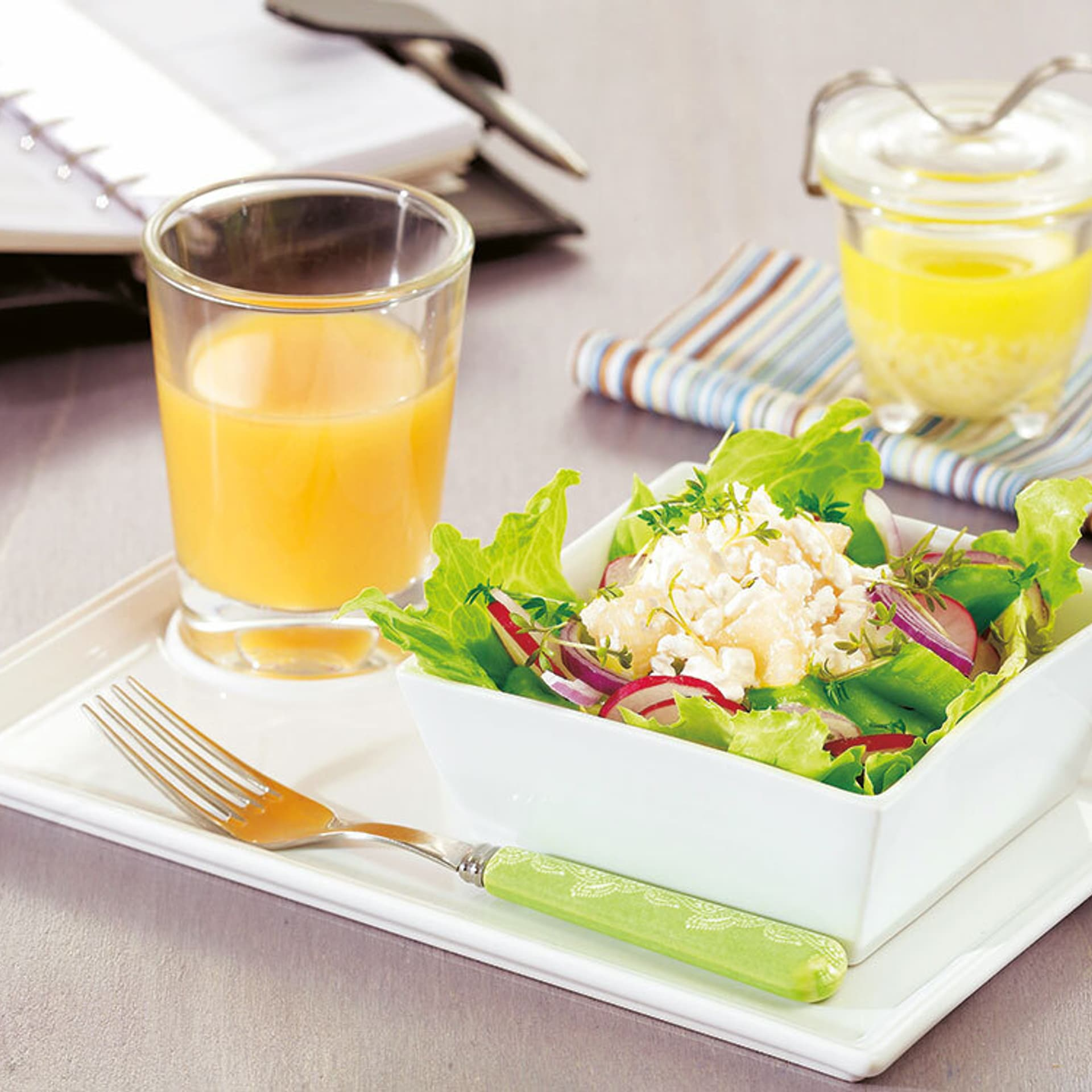 Bunter Salat mit Ananas in einem kleinen Schälchen