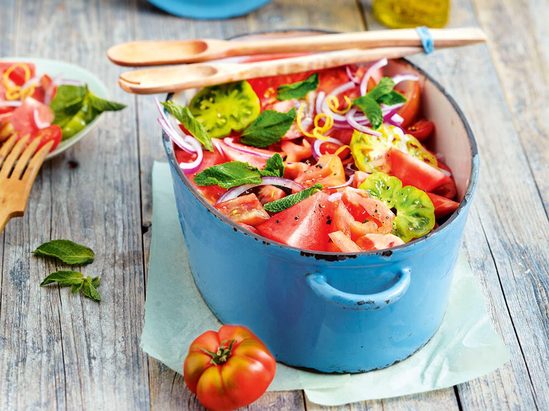 Tomatensalat, pfiffig angerichtet in einem blauen Emailetopf