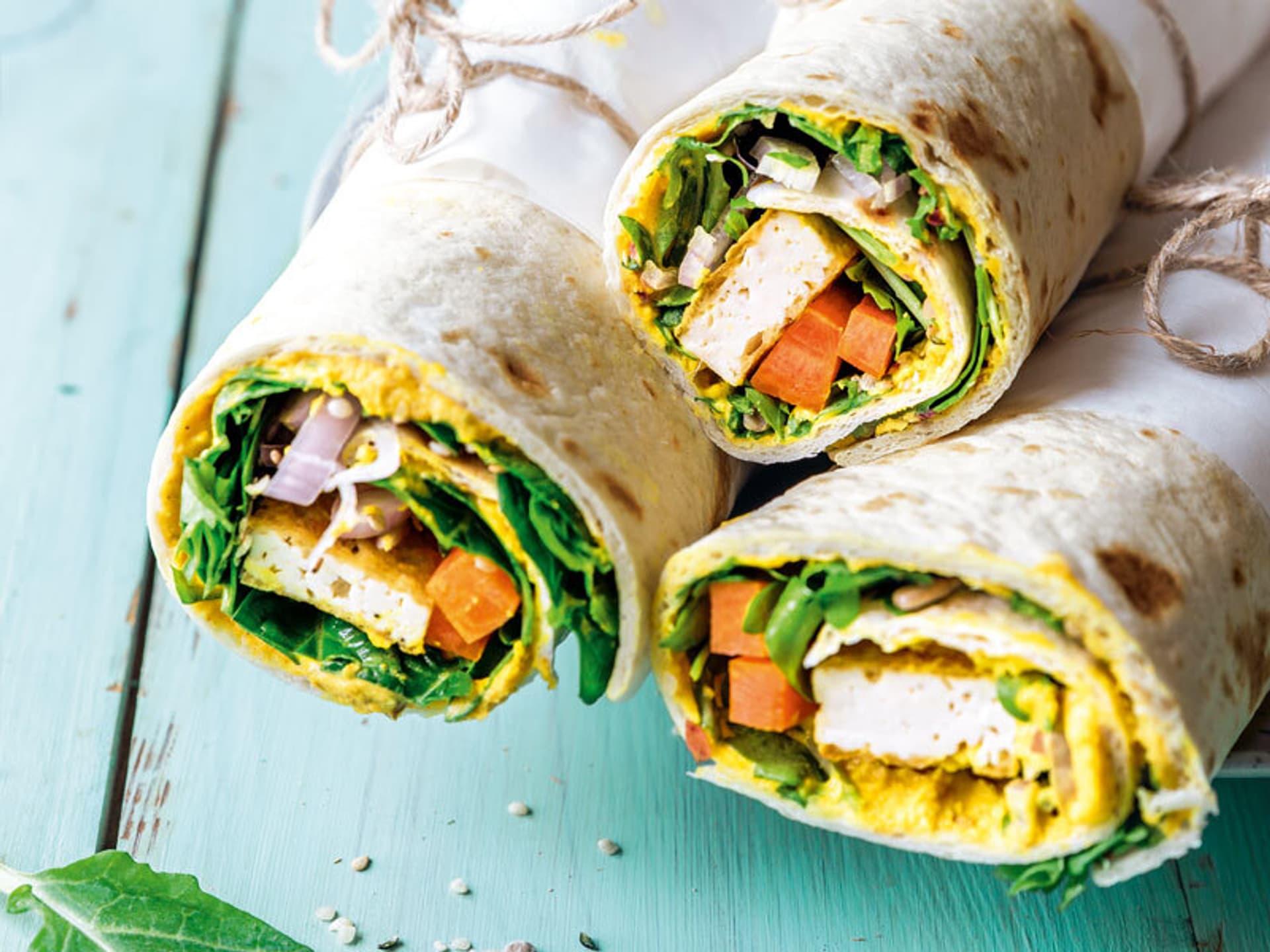 Bunter Wrap mit gelbem Hummus und Tofu