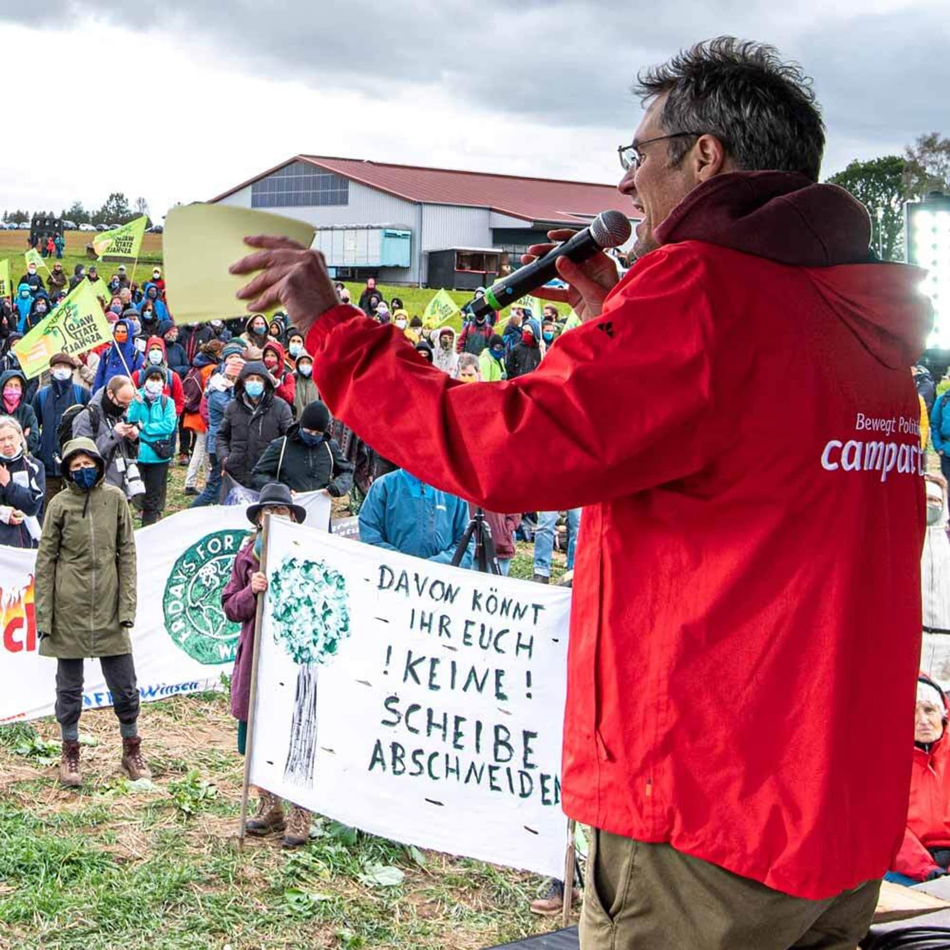 Christoph Bautz von Campact bei einer Demo.