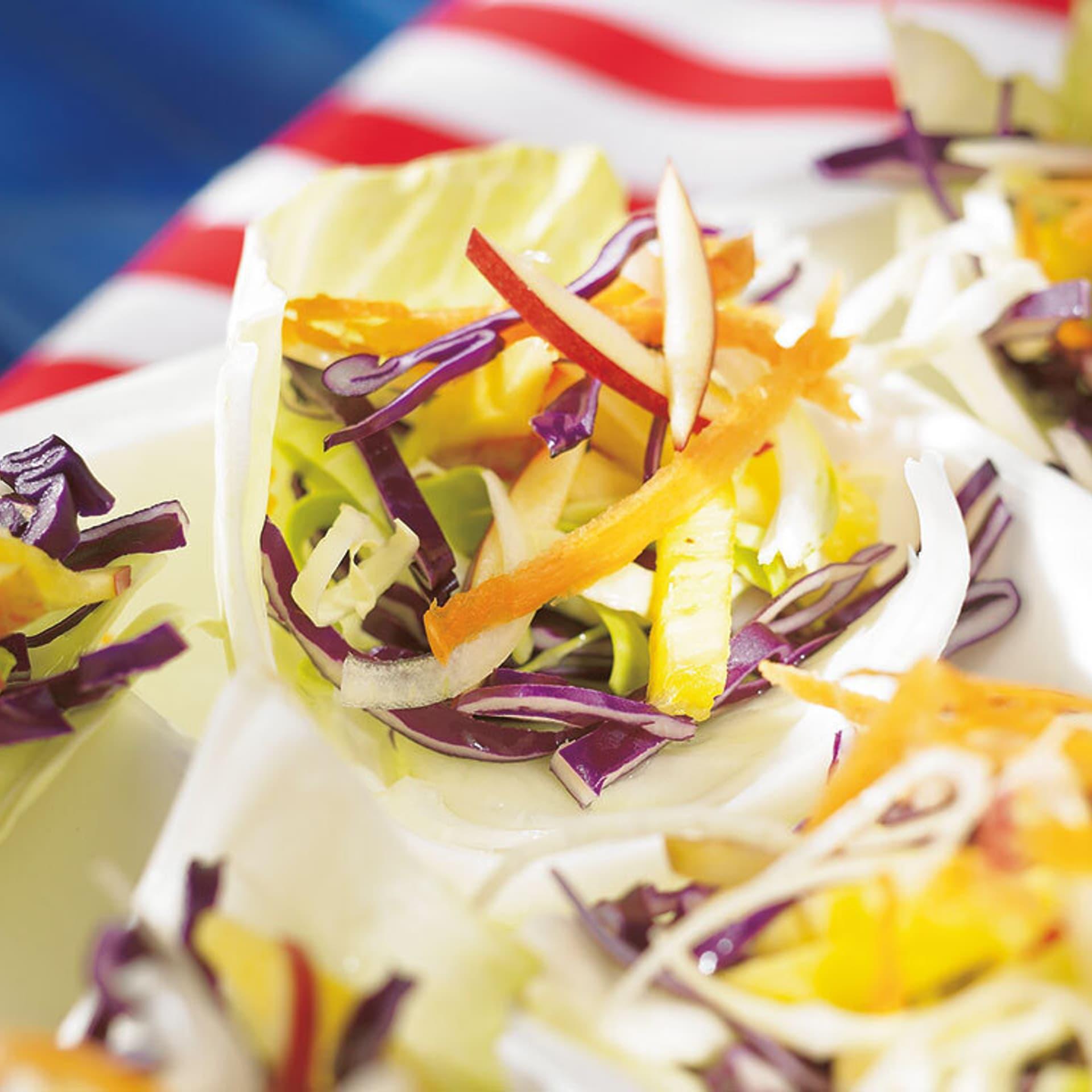 Krautsalat in Krautblättern serviert