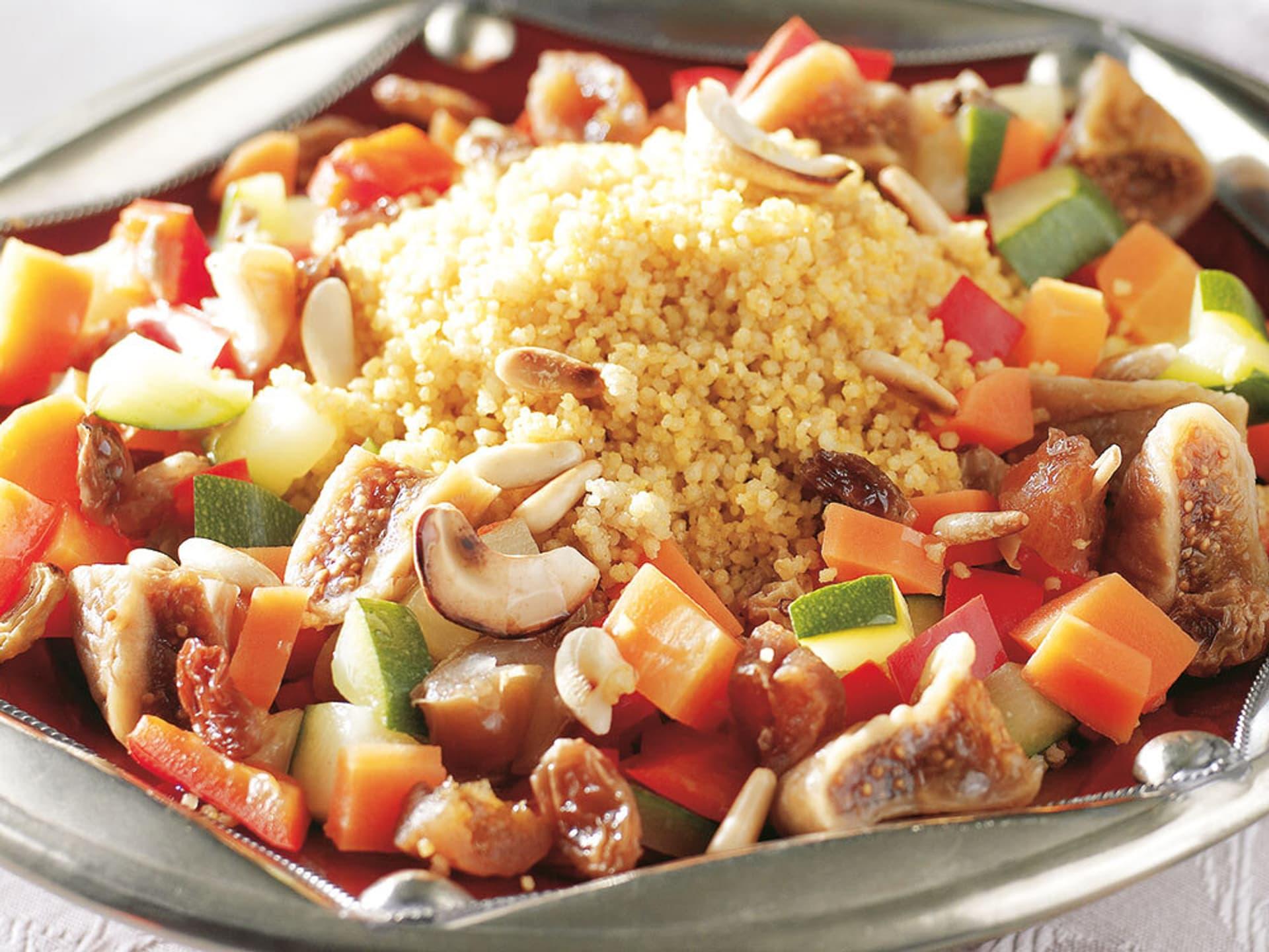 Ein Teller mit Couscous und Gemüse