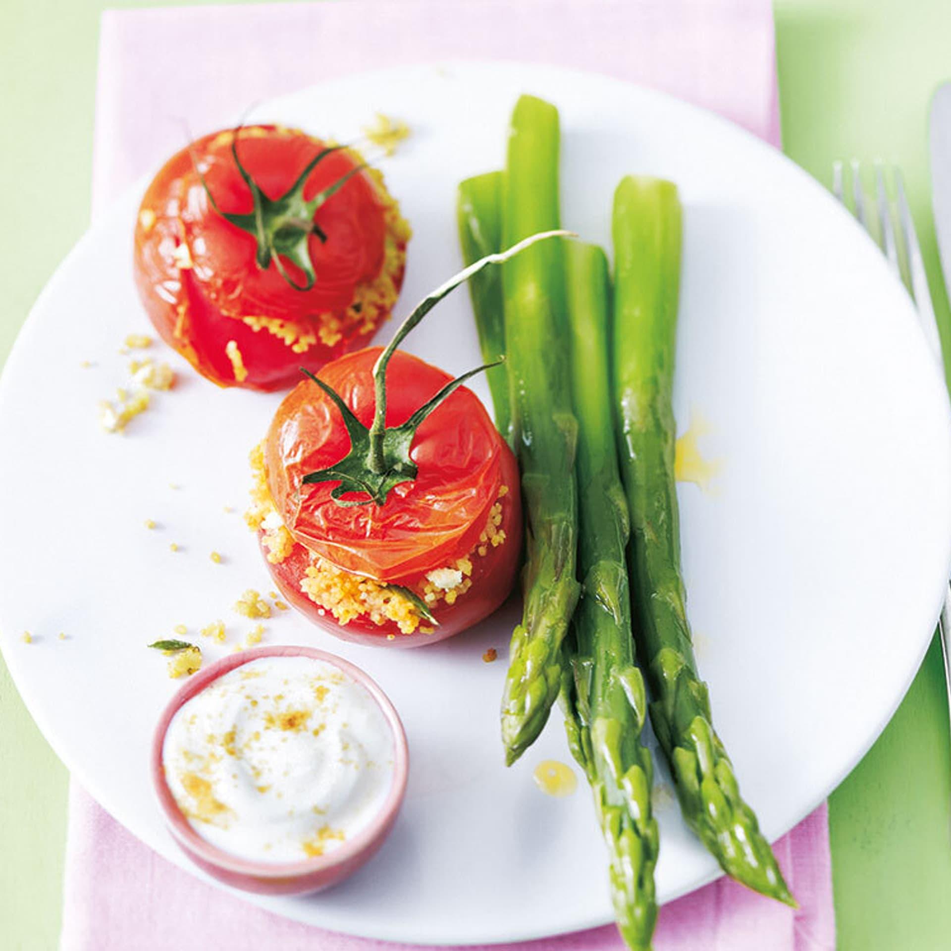 Couscous-Ofen- Tomaten an Spargel