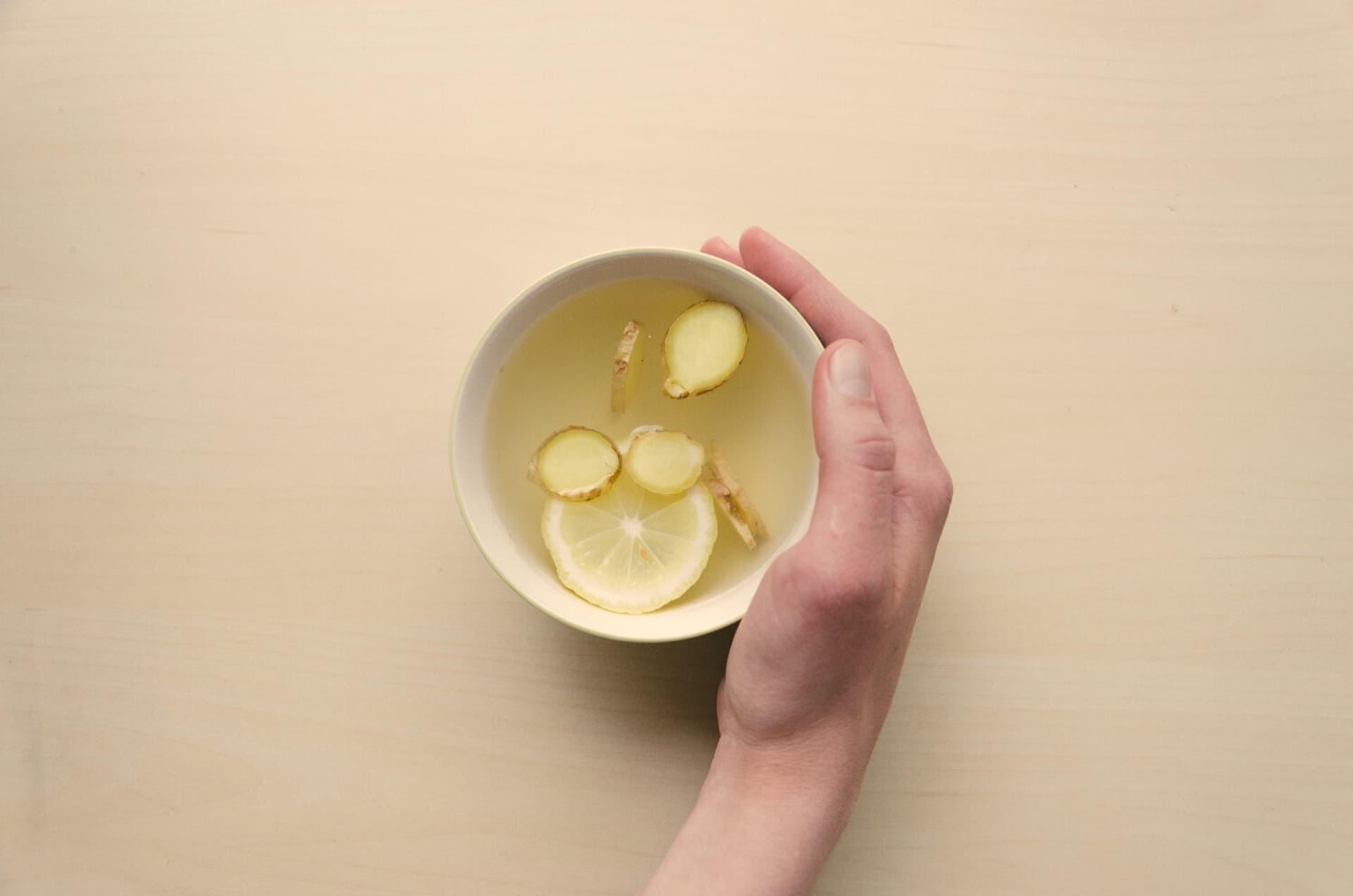 Eine Tasse heiße Zitrone