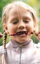 Kind isst Himbeeren
