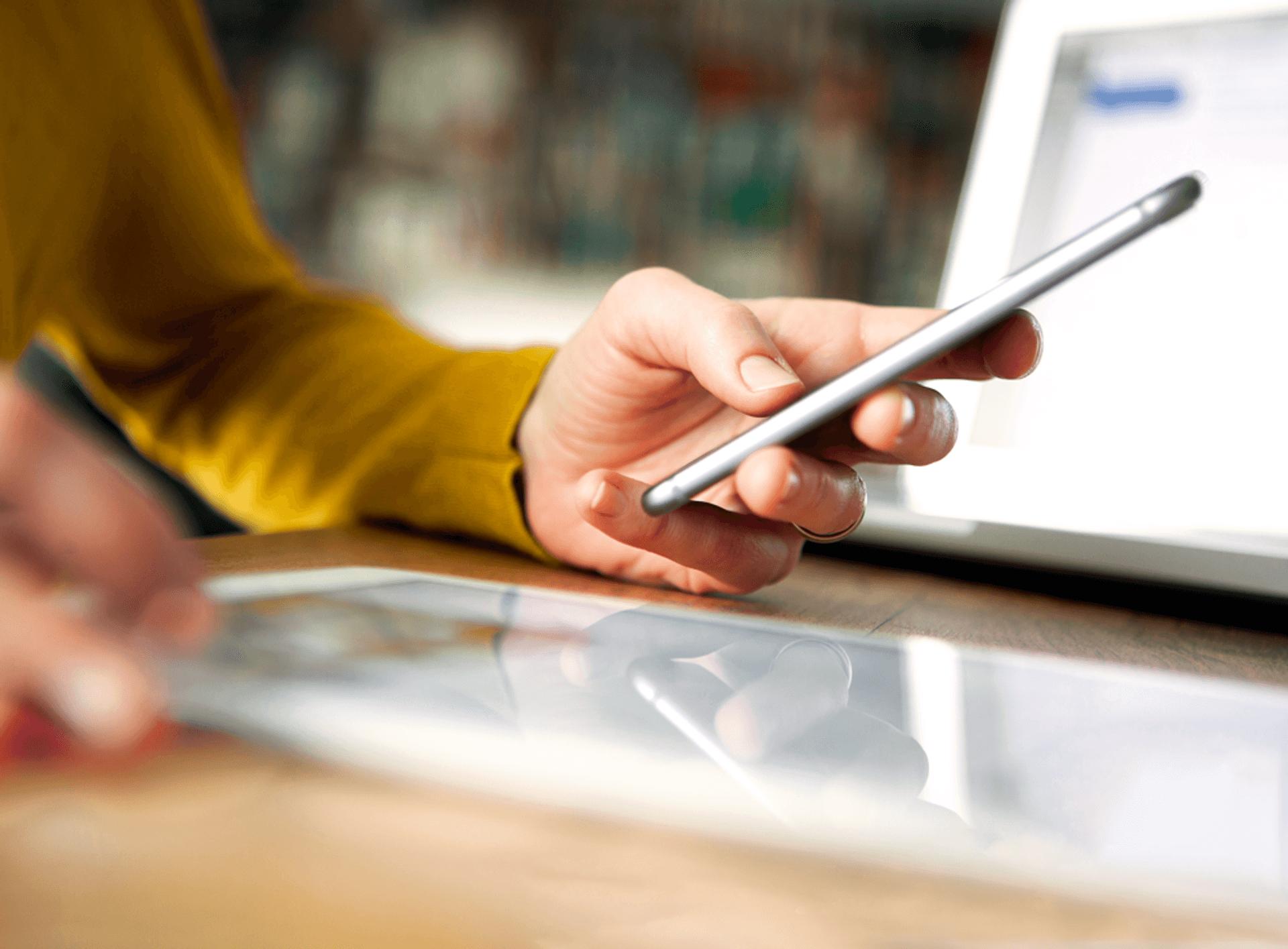Eine Hand mit Smartphone