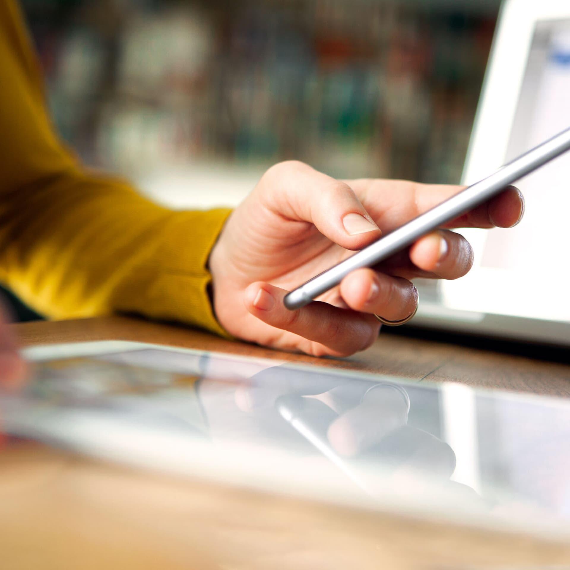 Eine Hand, die ein Smartphone hält
