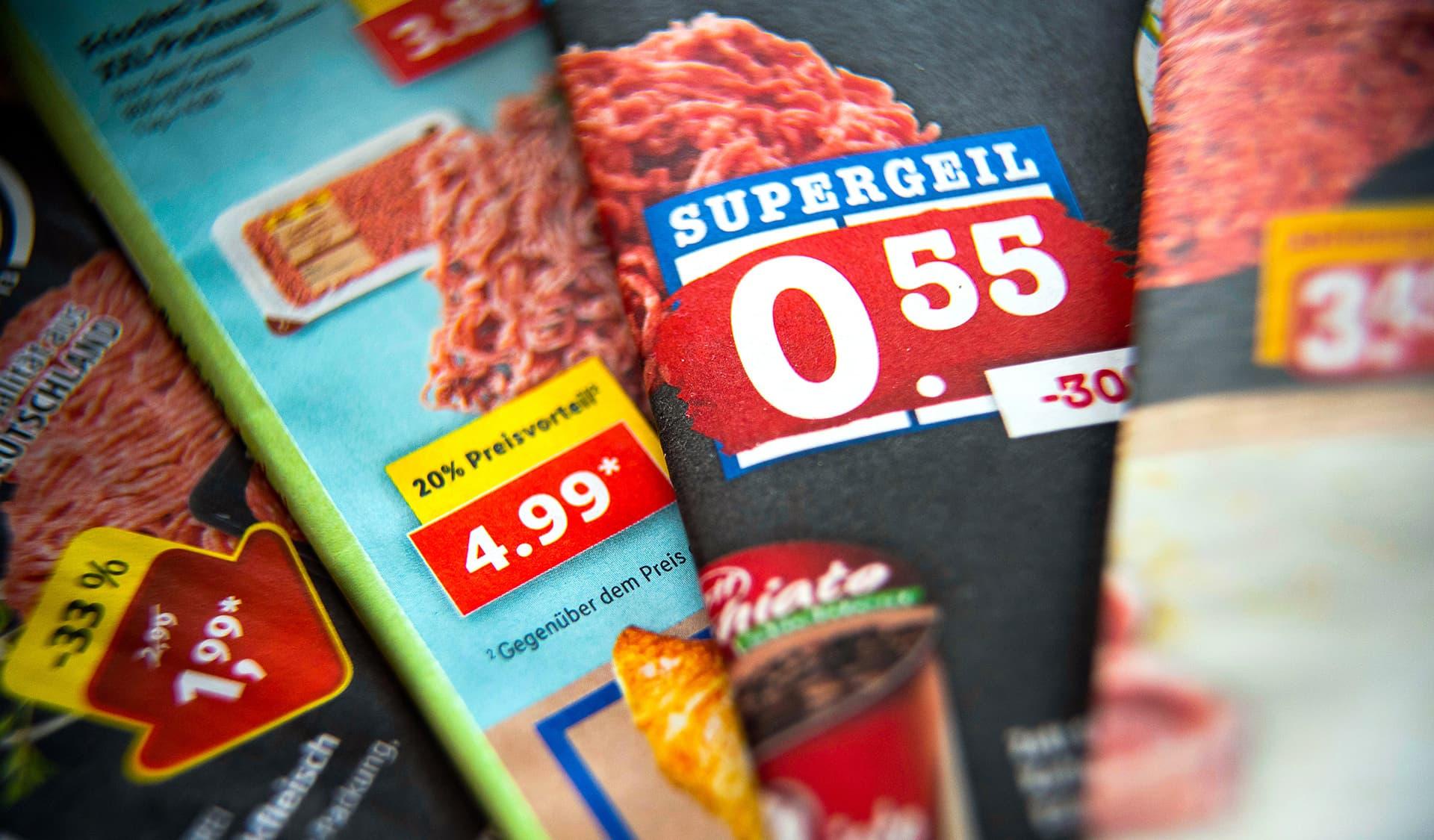 Bunte Prospekte mit Billigpreisen für Lebensmittel