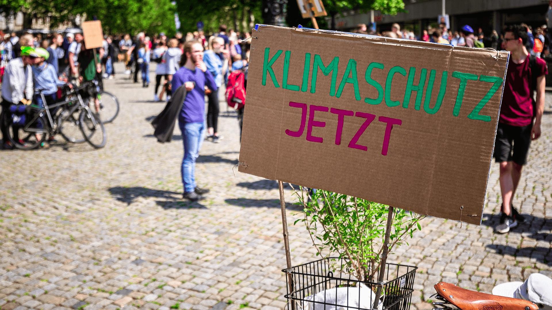 Demo-Schild zum Klima-Streik an einem Fahrrad befestigt
