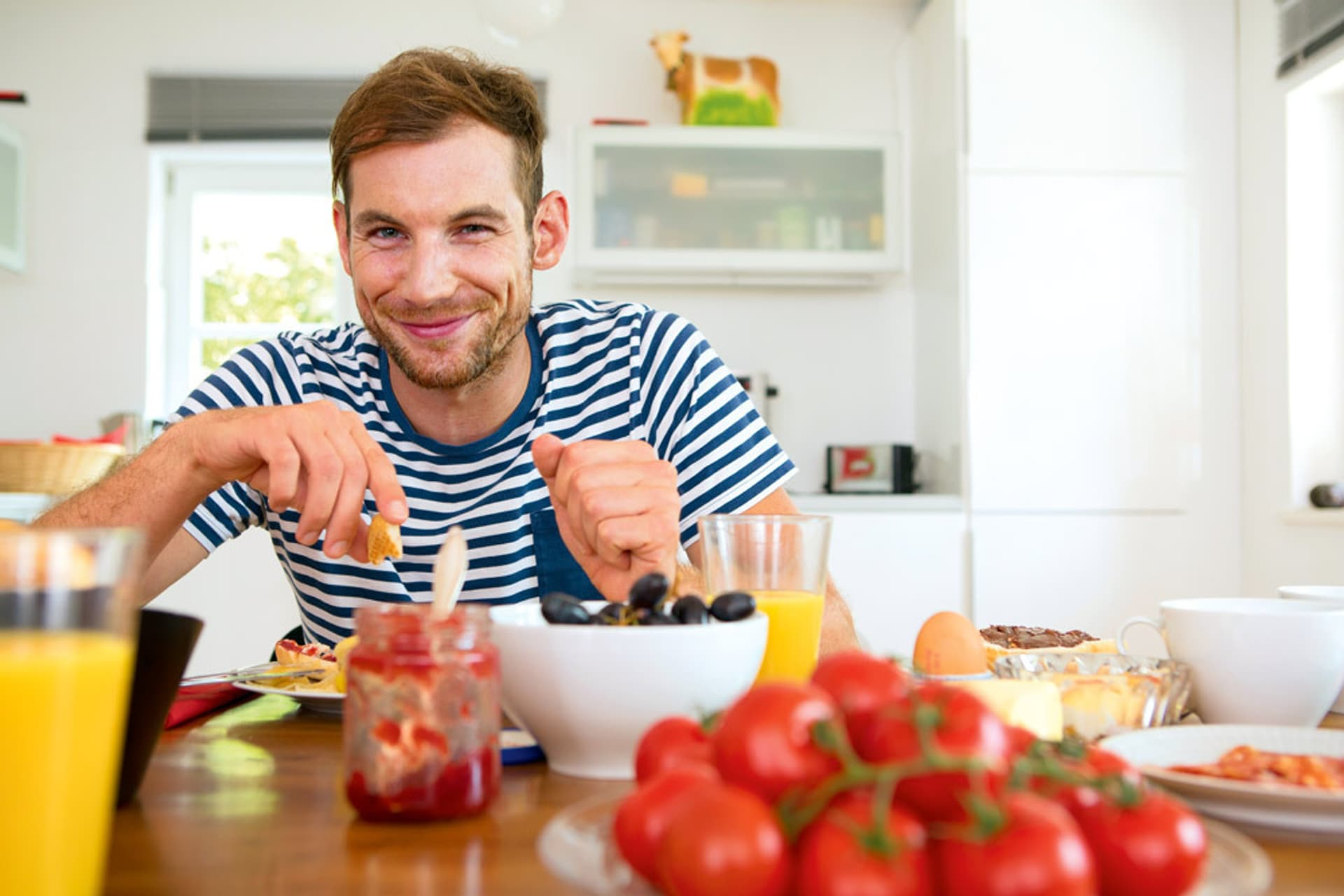 Mann frühstückt nach der veganen Pyramide