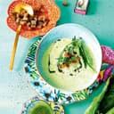Grüne Erbsen-Kokossuppe mit Sauerampferöl und Croutons