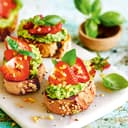 Crostini mit grünem Pesto und Erdbeeren