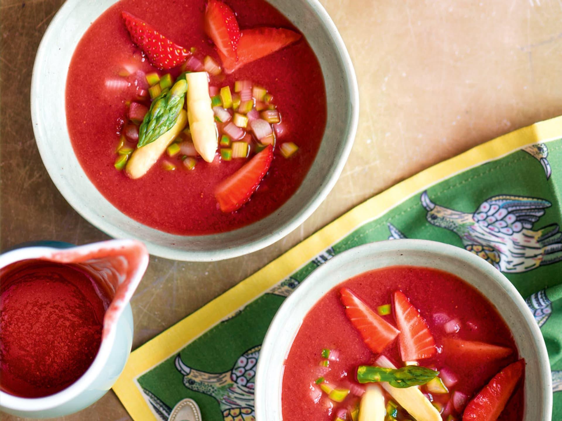 Erdbeer gazpacho mit spargel
