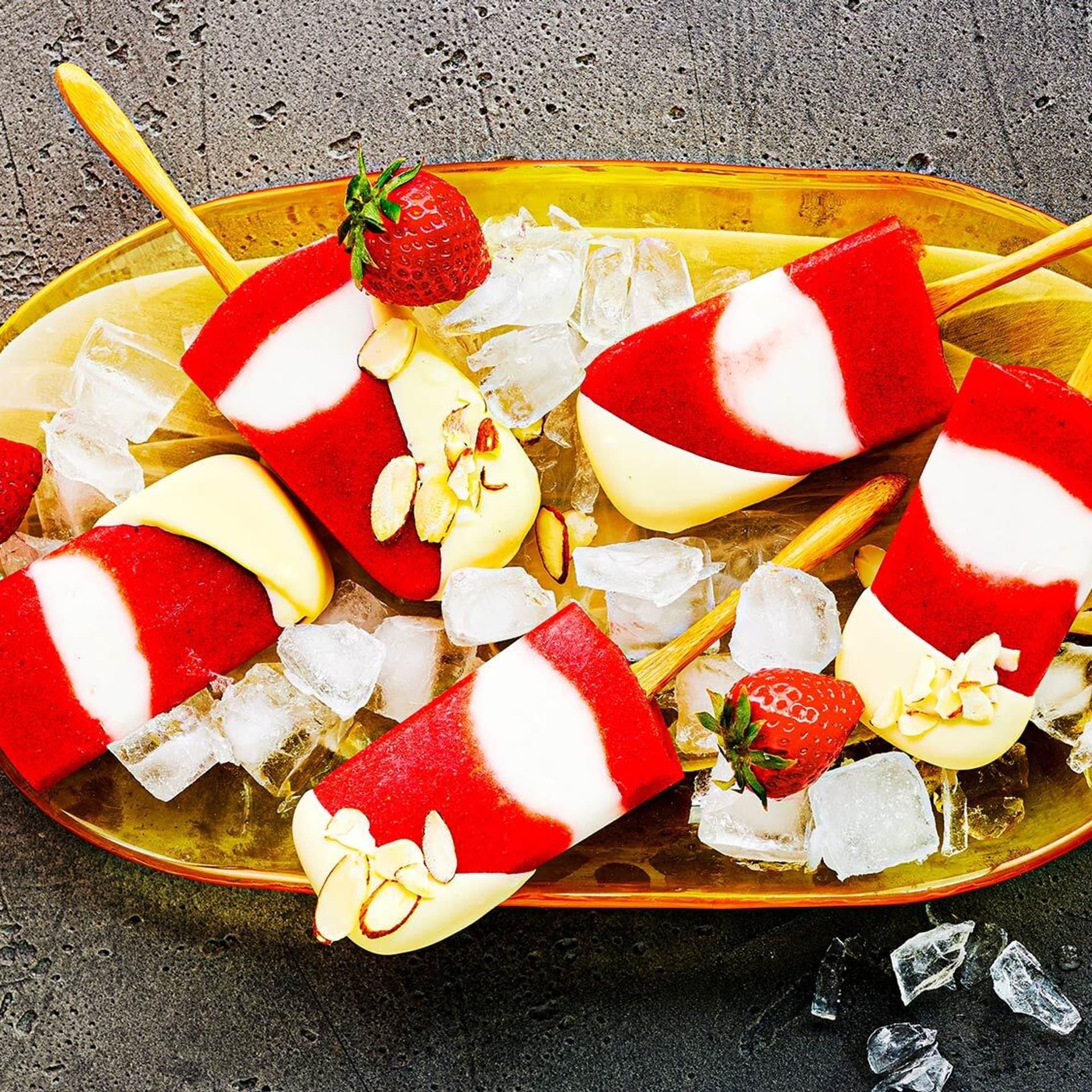 Erdbeer-Kokoseis am Stiel
