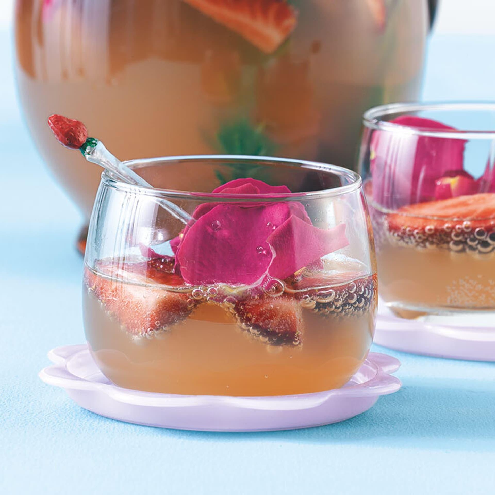 zwei Gläser mit Erdbeer-Rhabarber-Bowle