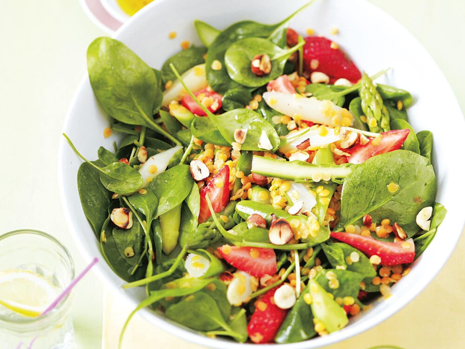 Salat mit grünem Spargel und Erdbeeren