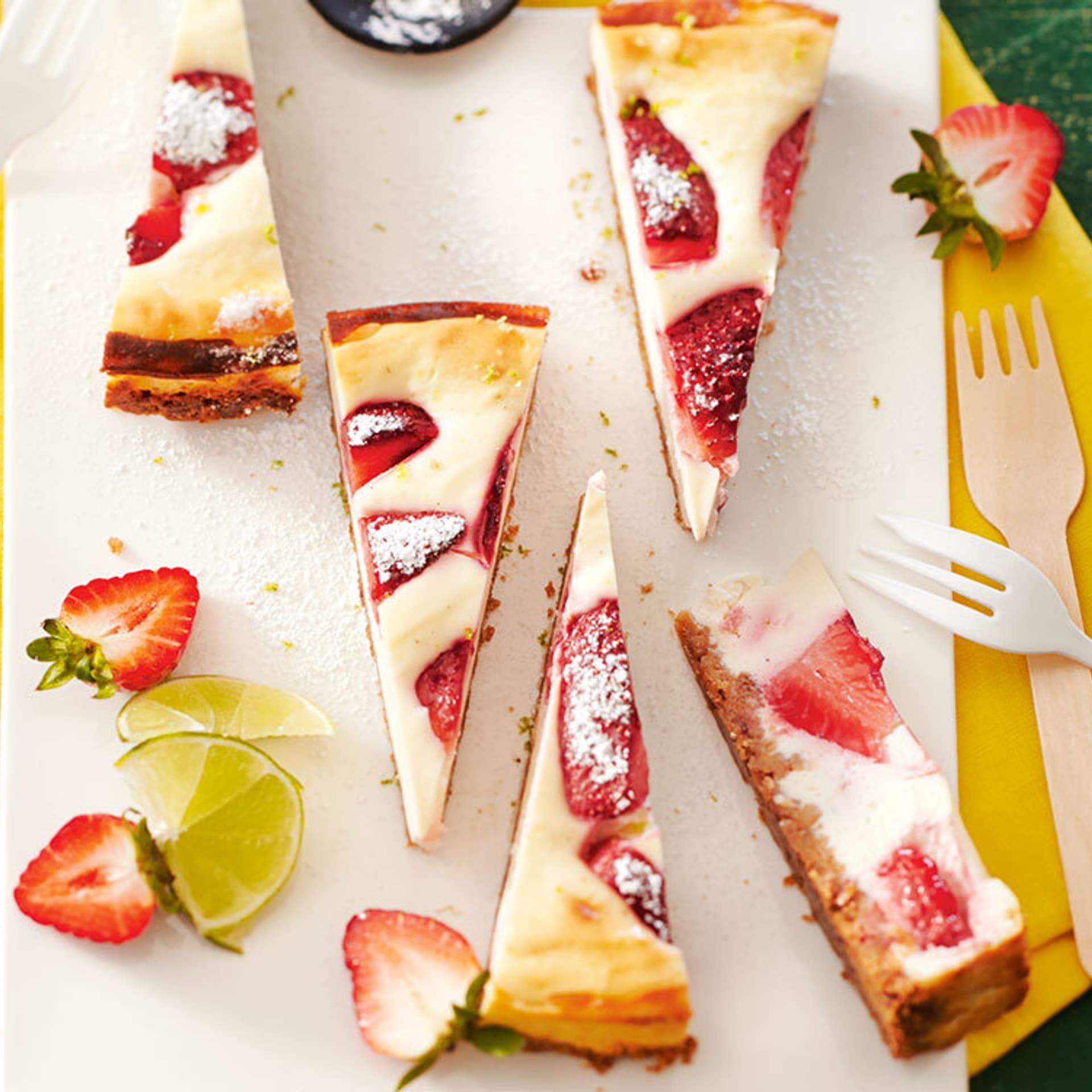 Erdbeere-Limetten-Käsekuchen auf einer gelben tischdecke
