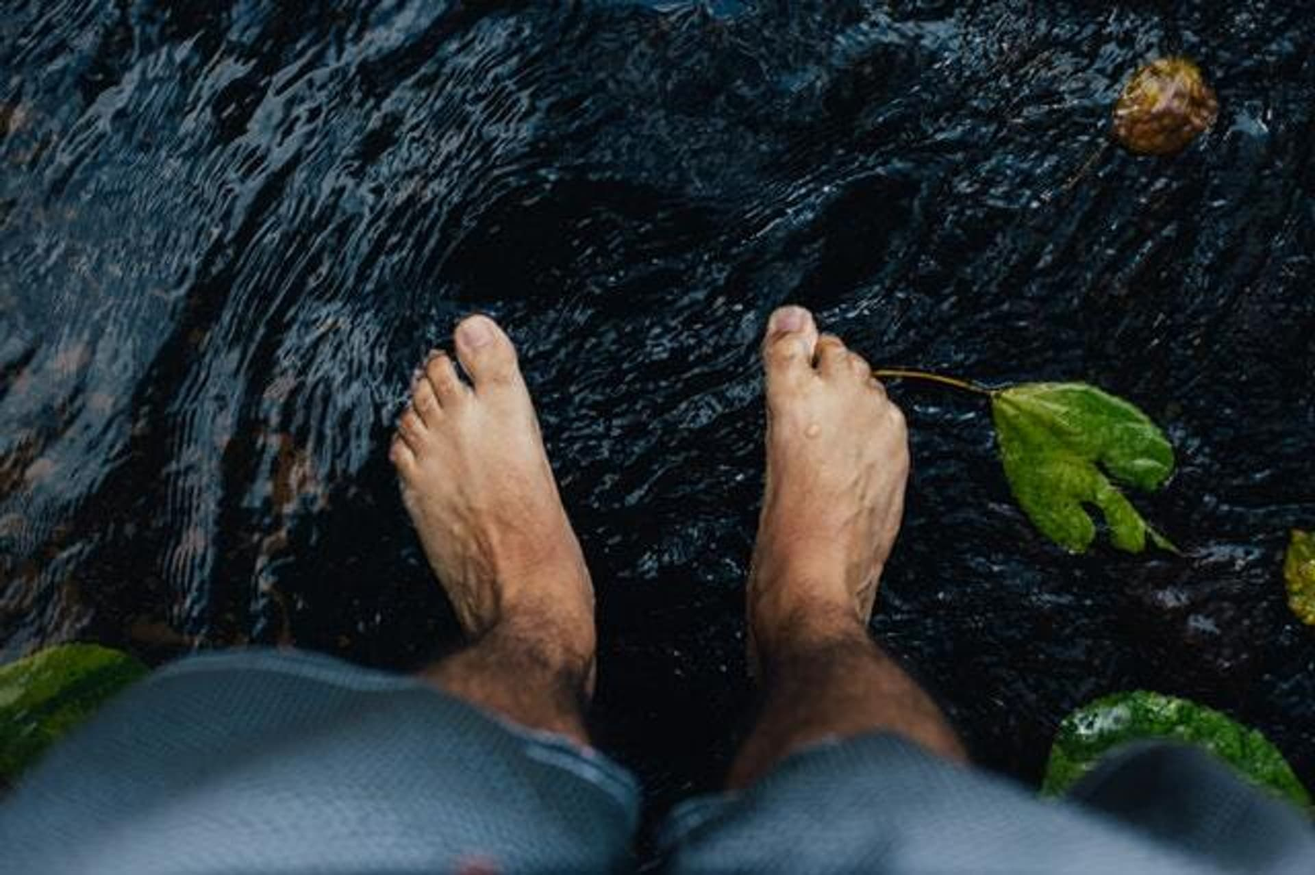 Nackte Füße in einem natürlichen Gewässer