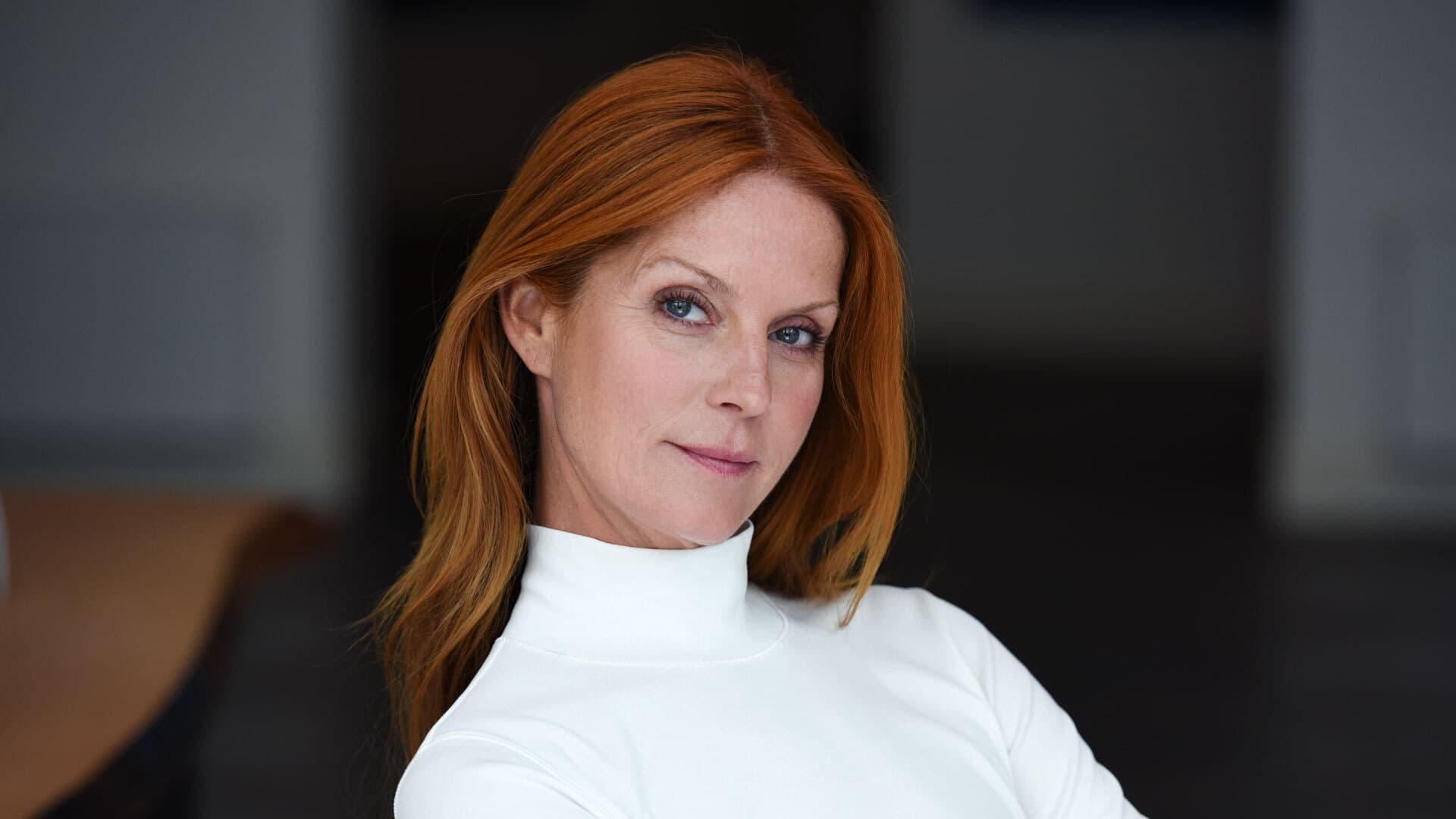 Esther Schweins rote Haare, weißer Rollkragen-Pullover