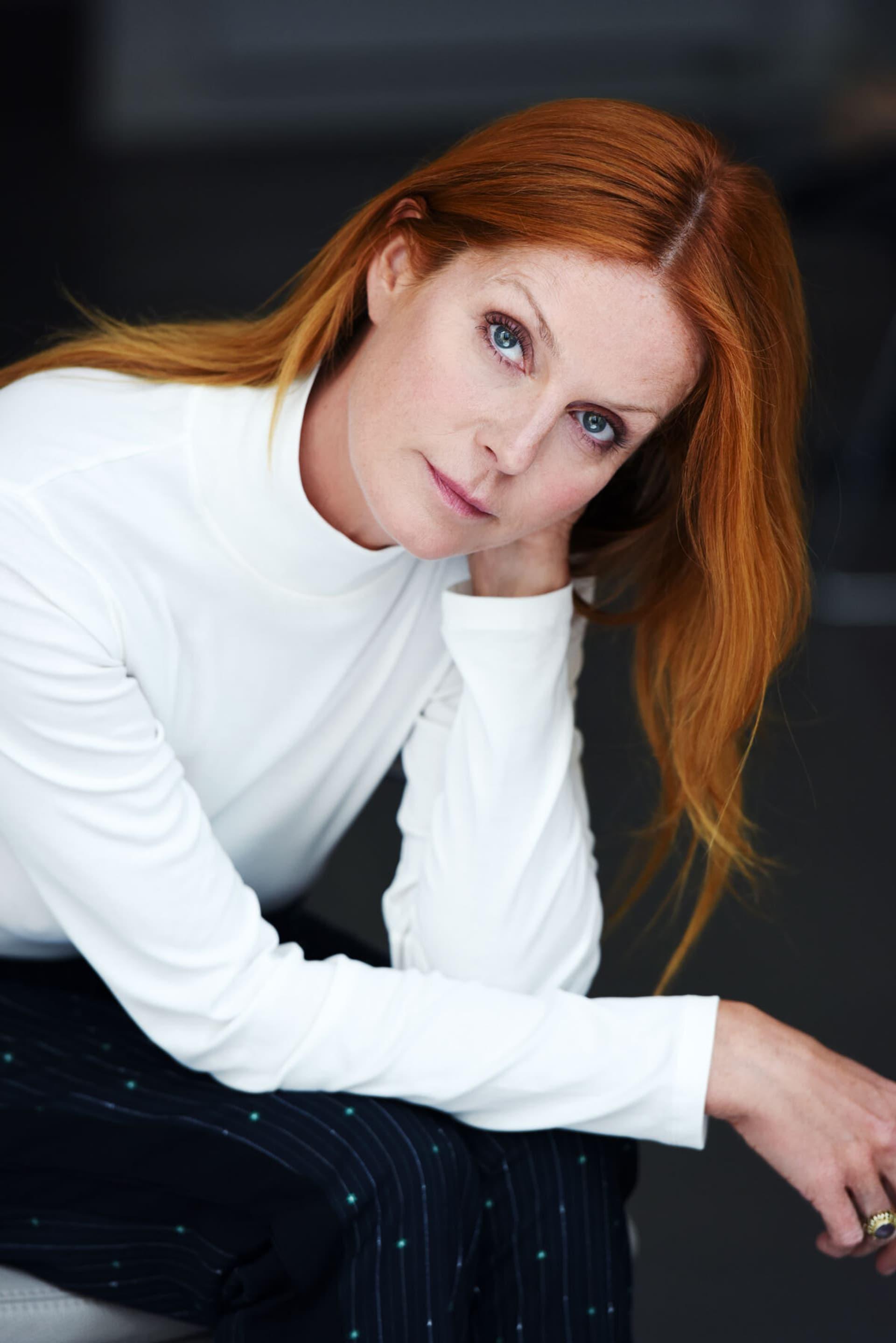 Esther Schweins, rote Haare, weißer Pullover