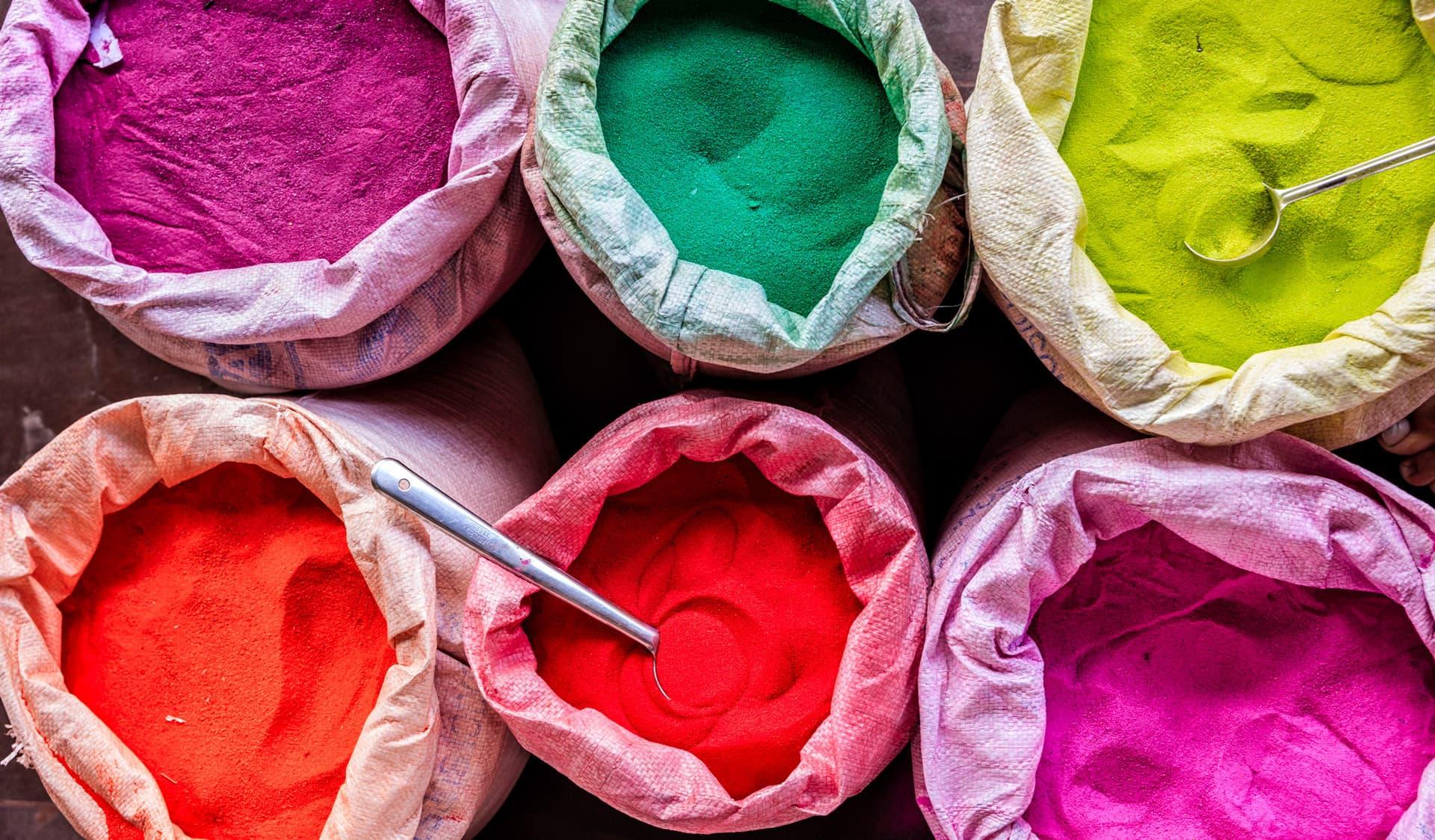 Farbstoffe in Säcken