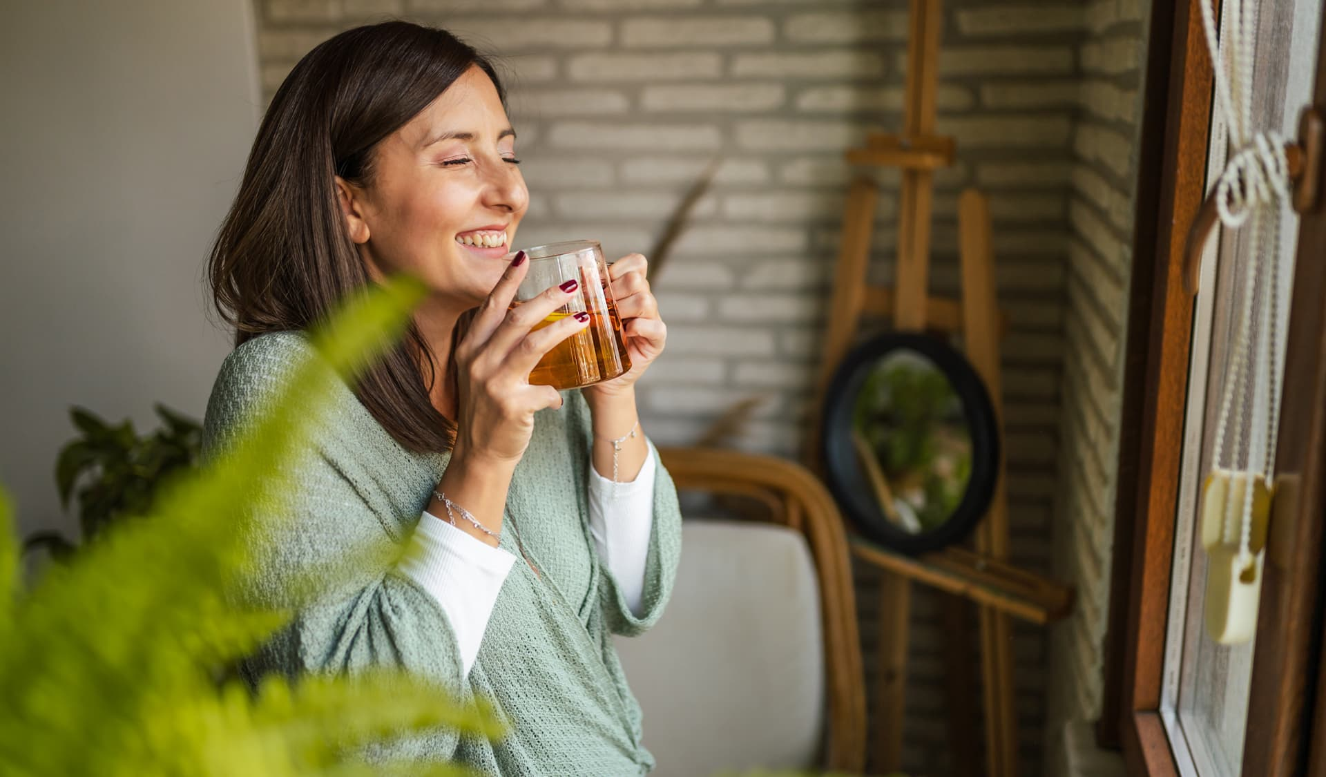 Frau, die eine Tasse Tee trinkt