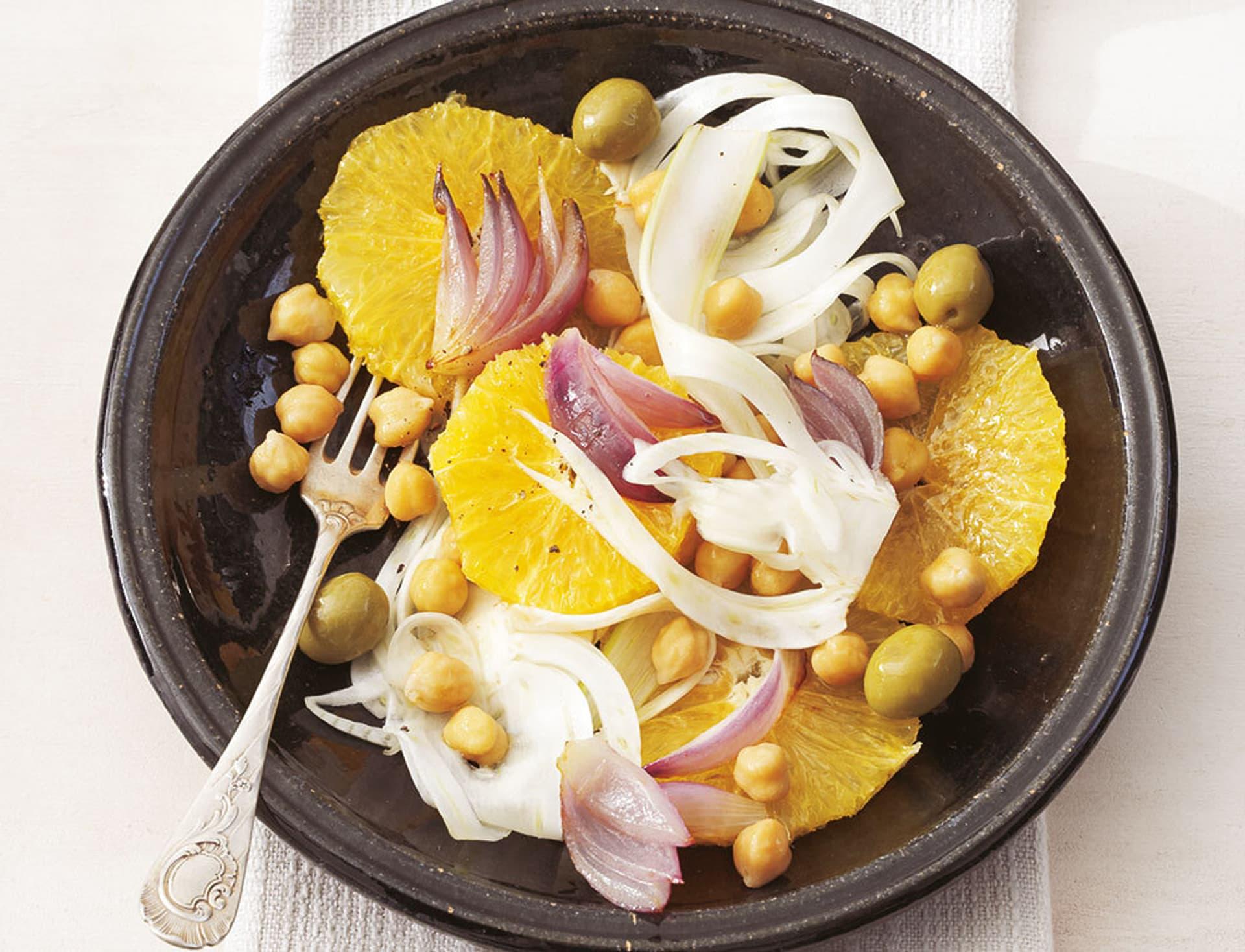Ein Teller voller Orangen, Kichererbsen und Zwiebeln