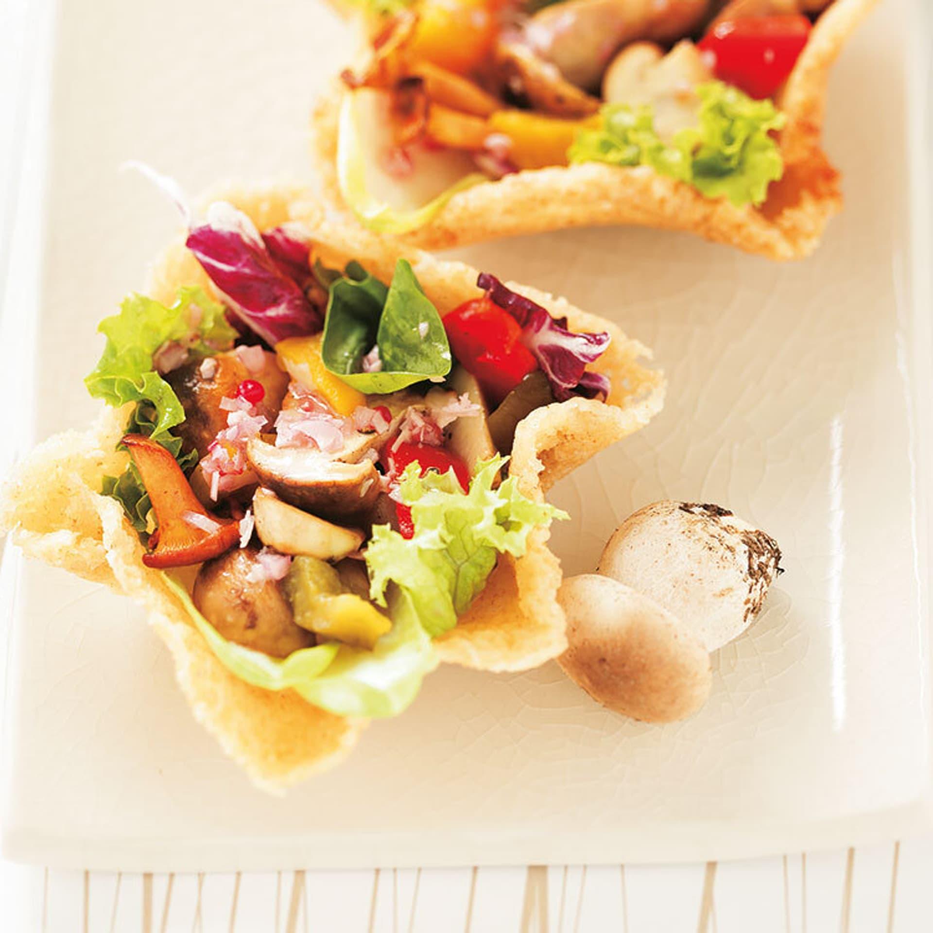 Festlich tafeln herbstsalat im parmesan koerbchen mit edelpilzen