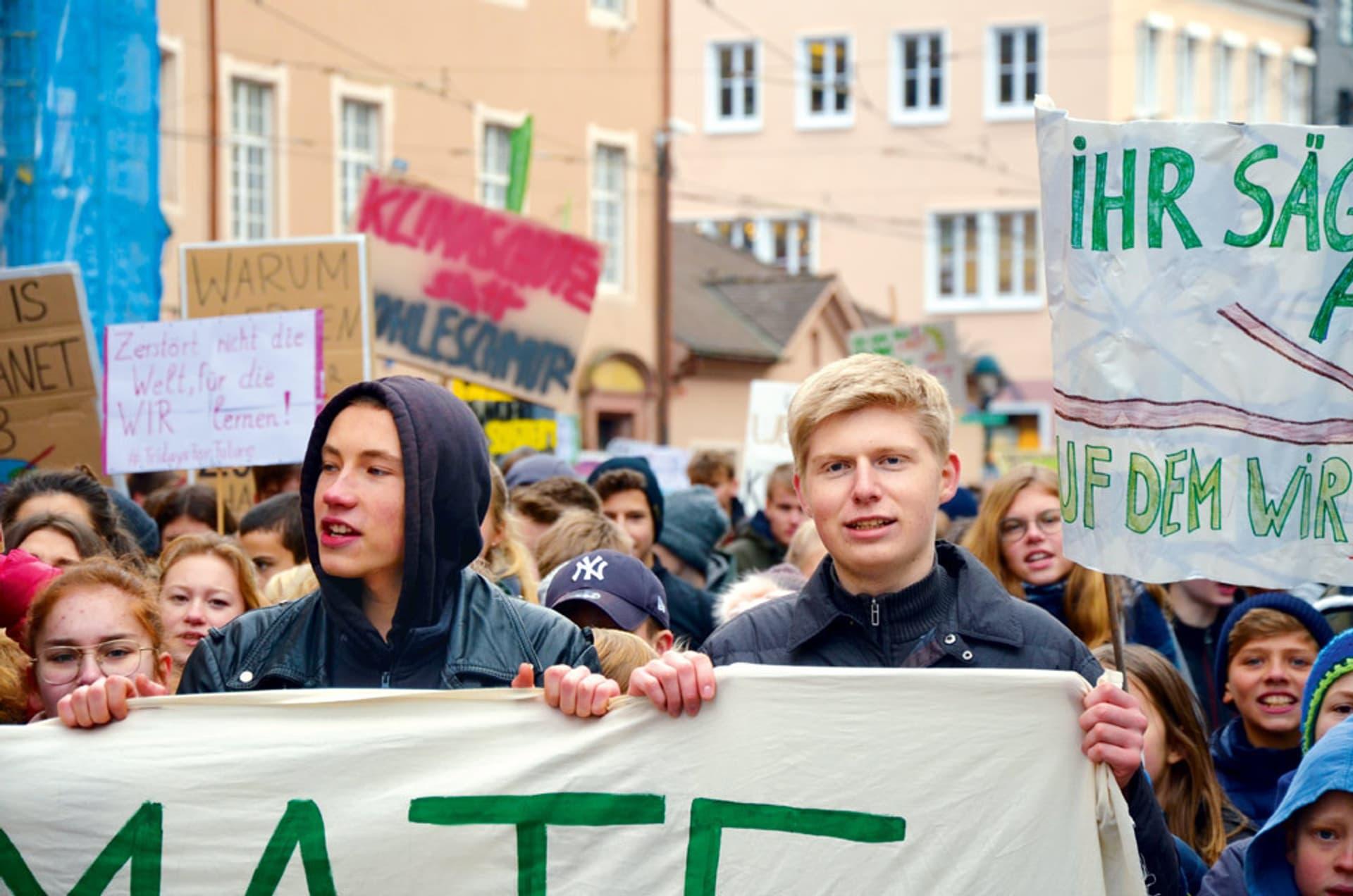 Junge Menschen bei einer Demo gegen die Klimakrise