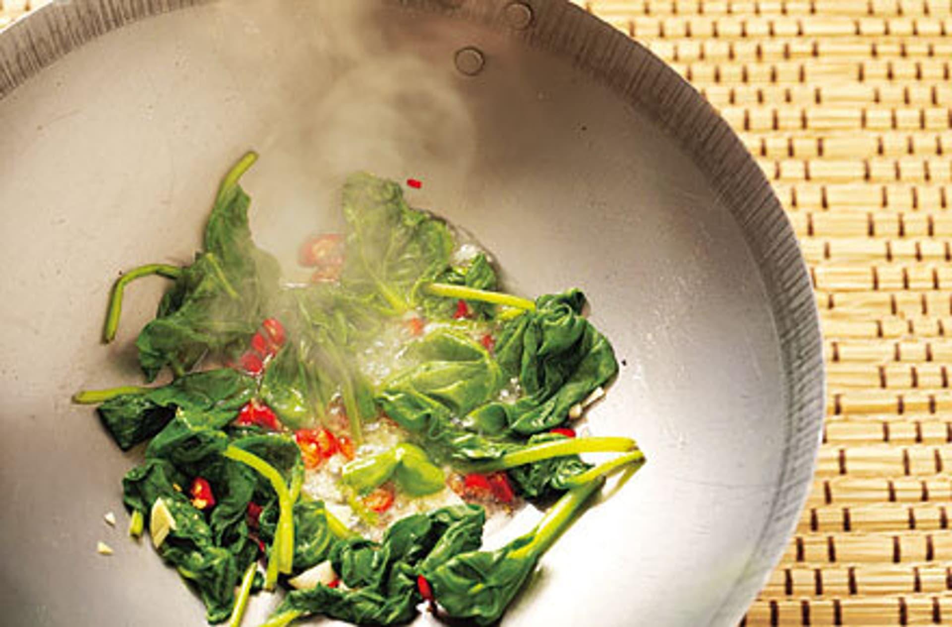 Frischer blattspinat mit knoblauch und chili