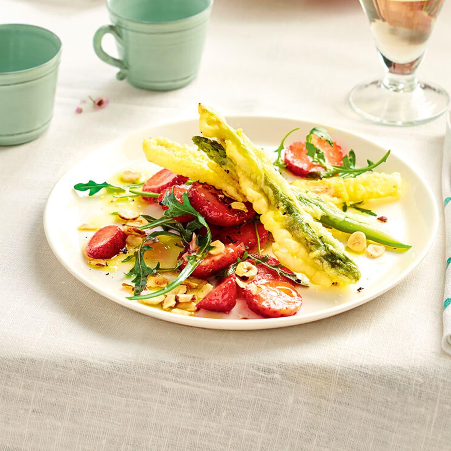 Frittierter Spargel auf Erdbeersalat