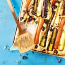 Ein Brot von oben mit Wurzelgemüse eingebacken und bunten Kräutern bestreut.
