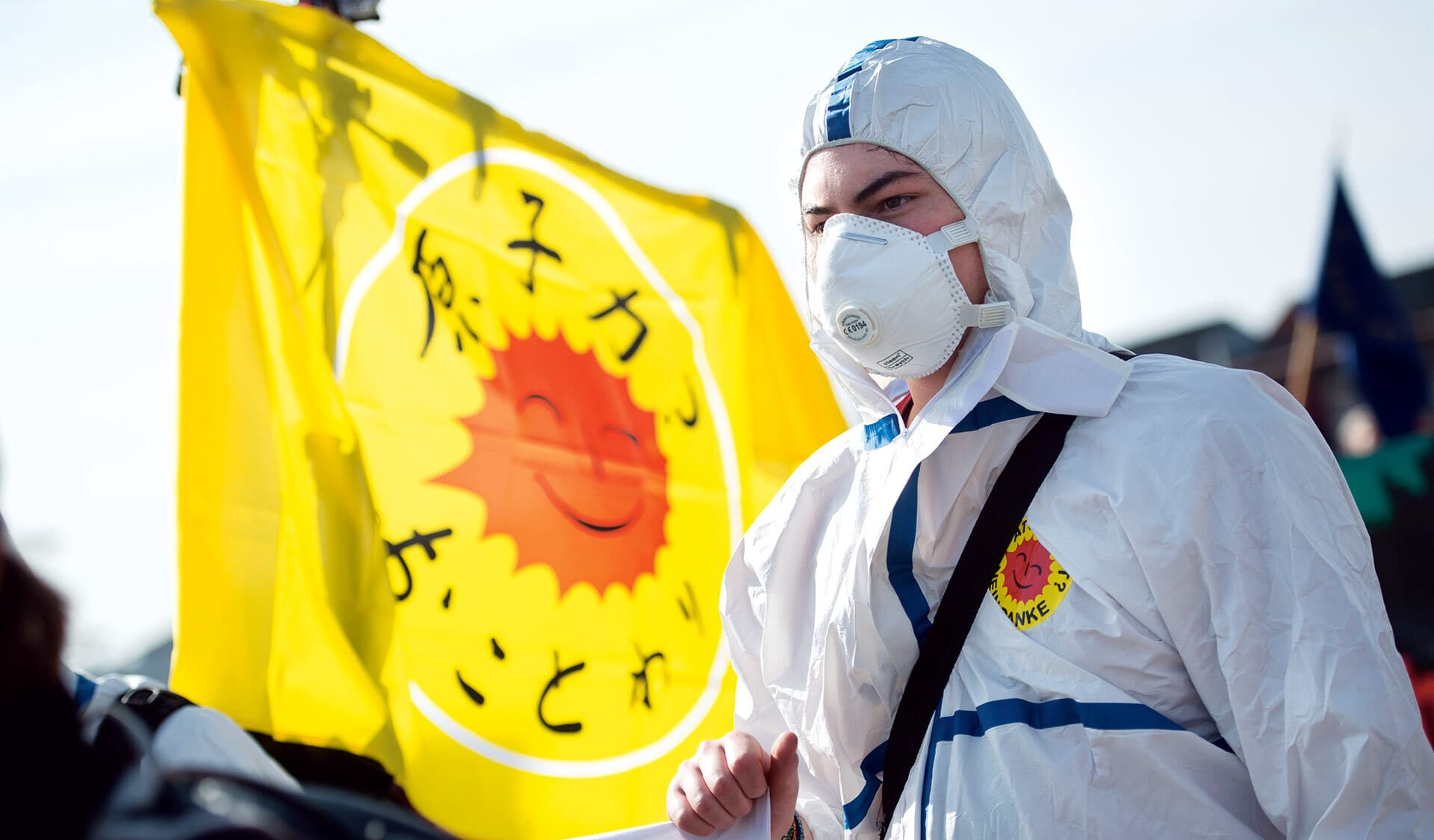 Demonstrant mit Anti-Atomkraft-Fahne