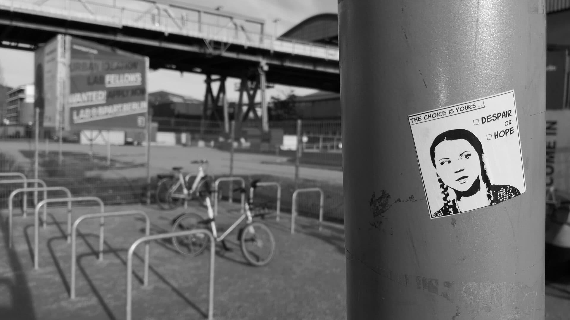 Sticker von Greta Thunberg an einer Laterne