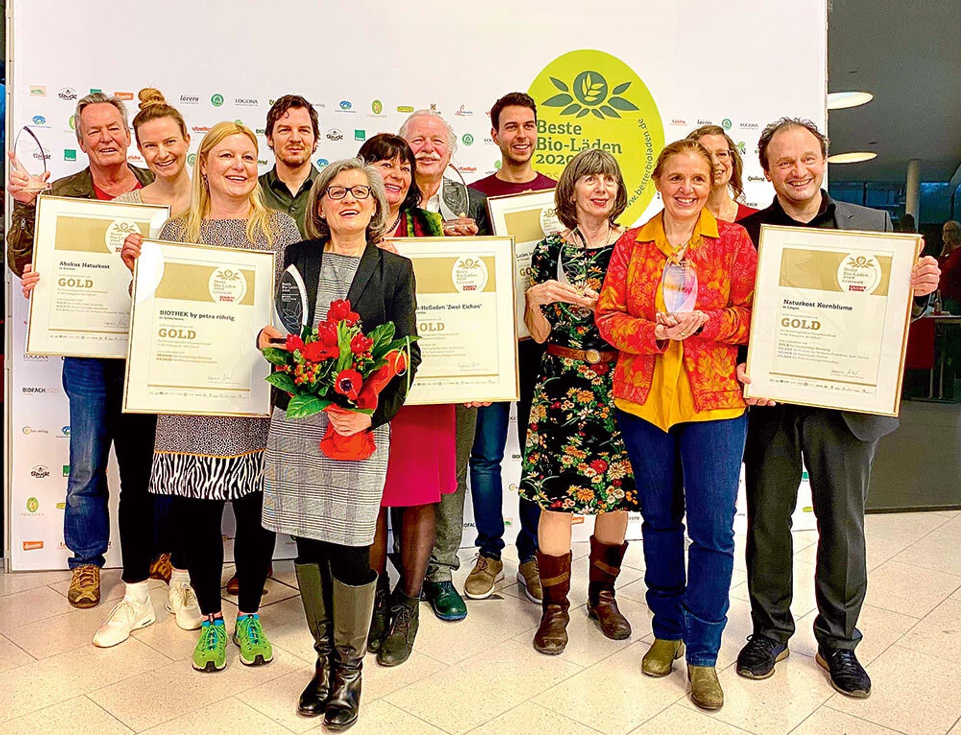 Mitarbeiter der fünf Siegerläden der Schrot&Korn-Leserwahl